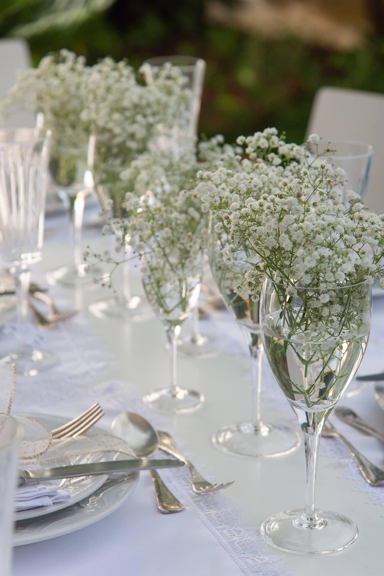 """Imagem: O arranjo de centro de mesa é feito somente com delicadas gipsofilas, também conhecidas como """"mosquitinhos"""". Arrume as flores dentro de taças de cristal, como estas da Oxford Handmade Crystal. Para dar movimento ao arranjo, escolha taças de alturas variadas. Foto: Cacá Bratke"""