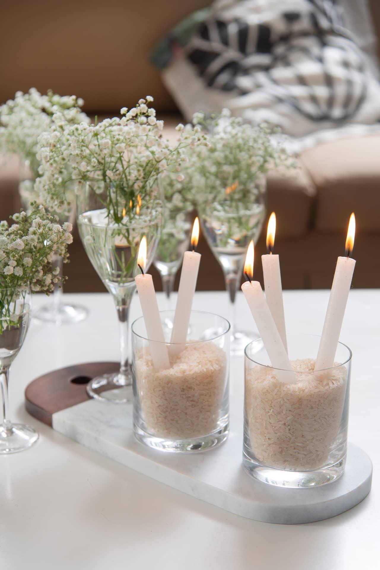 Imagem: Os copos On The Rocks, da Oxford, viram castiçais. É só enchê-los com arroz (que simboliza prosperidade) e espetar algumas velas.Foto: Cacá Bratke