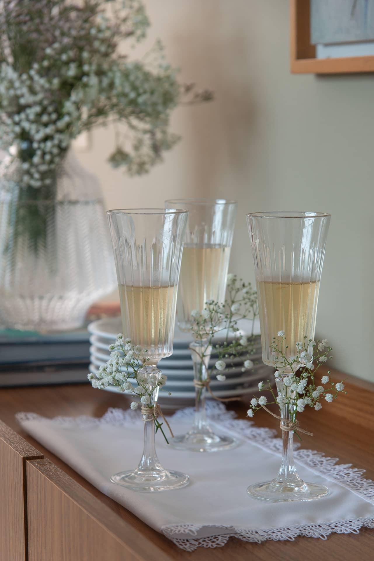 Imagem: O primeiro brinde do ano tem quer especial! Enfeite algumas taças com ramos de flores para saudar 2020. Foto: Cacá Bratke