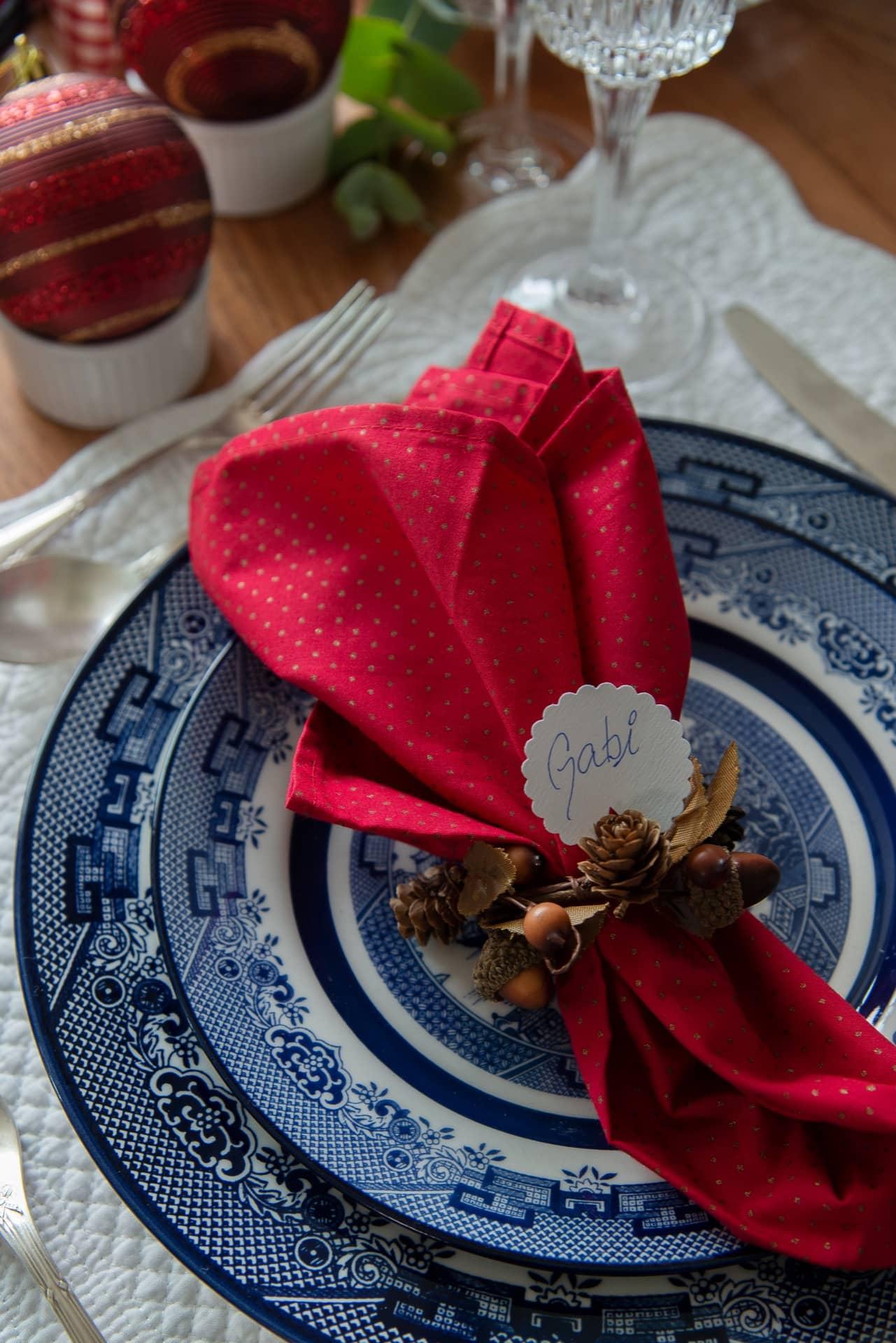 Imagem: Use mini guirlandas como anel para os guardanapos de tecido. Para dar um toque especial, adicione uma etiqueta com o nome de cada convidado. Foto: Cacá Bratke