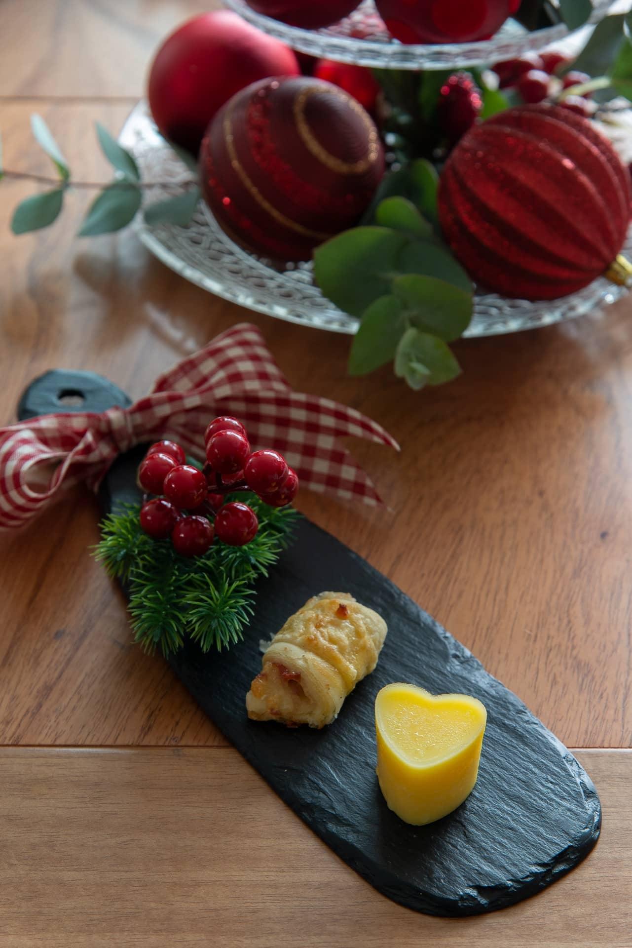 Imagem: A tábua de ardósia da Oxford tem o tamanho perfeito para servir o pãozinho e a manteiga. Para fazer os corações, derreta a manteiga no micro-ondas até ela ficar pastosa, coloque em formas de silicone e leve para o freezer. Desenforme e sirva. Foto: Cacá Bratke