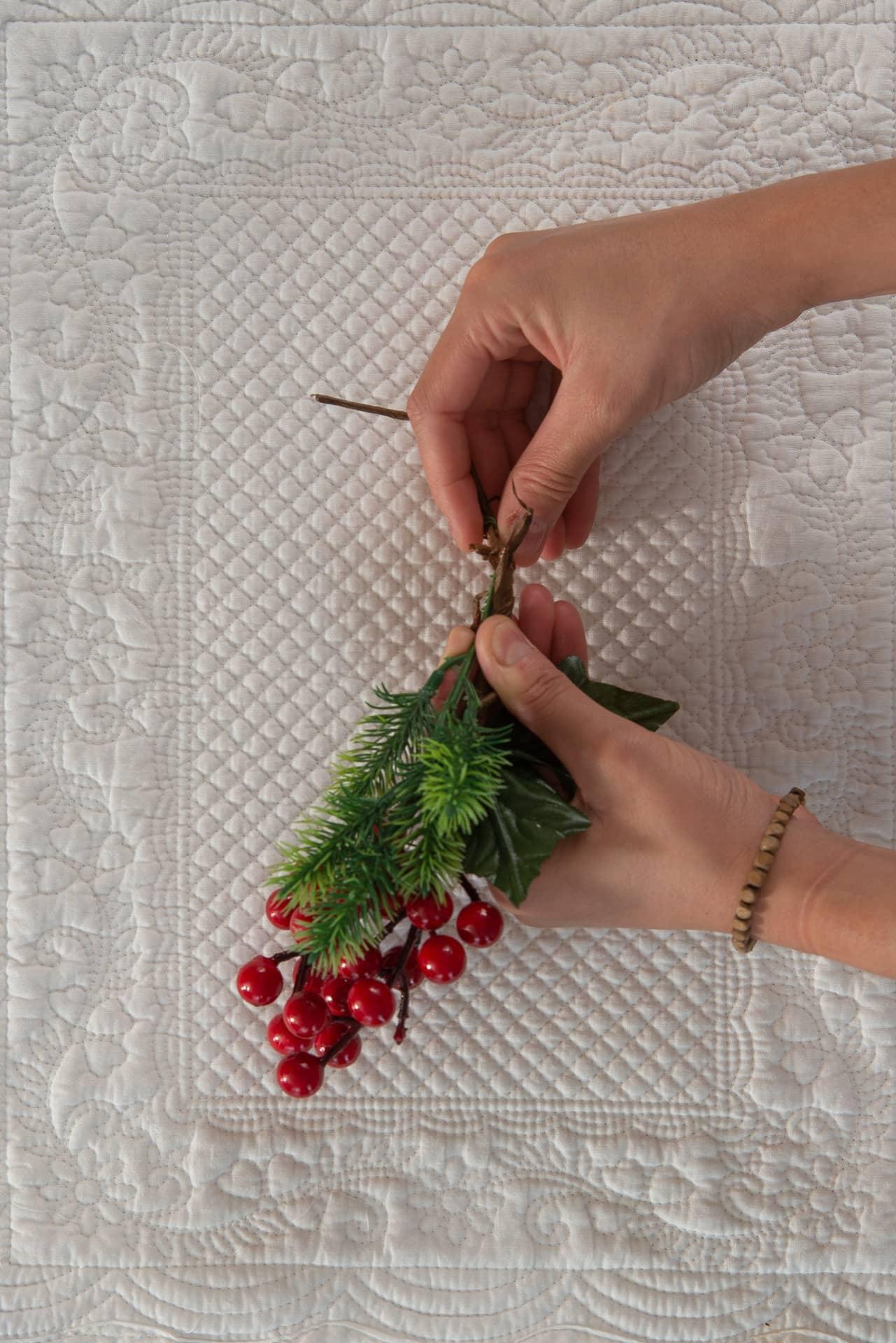 Imagem: Passo 2: una os dois enfeites torcendo as hastes de arame para que fiquem firmes. Foto: Cacá Bratke