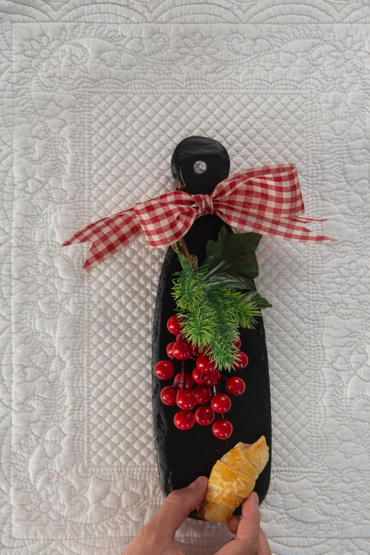 Imagem: Passo 5: coloque o croissant na tábua de servir. Foto: Cacá Bratke