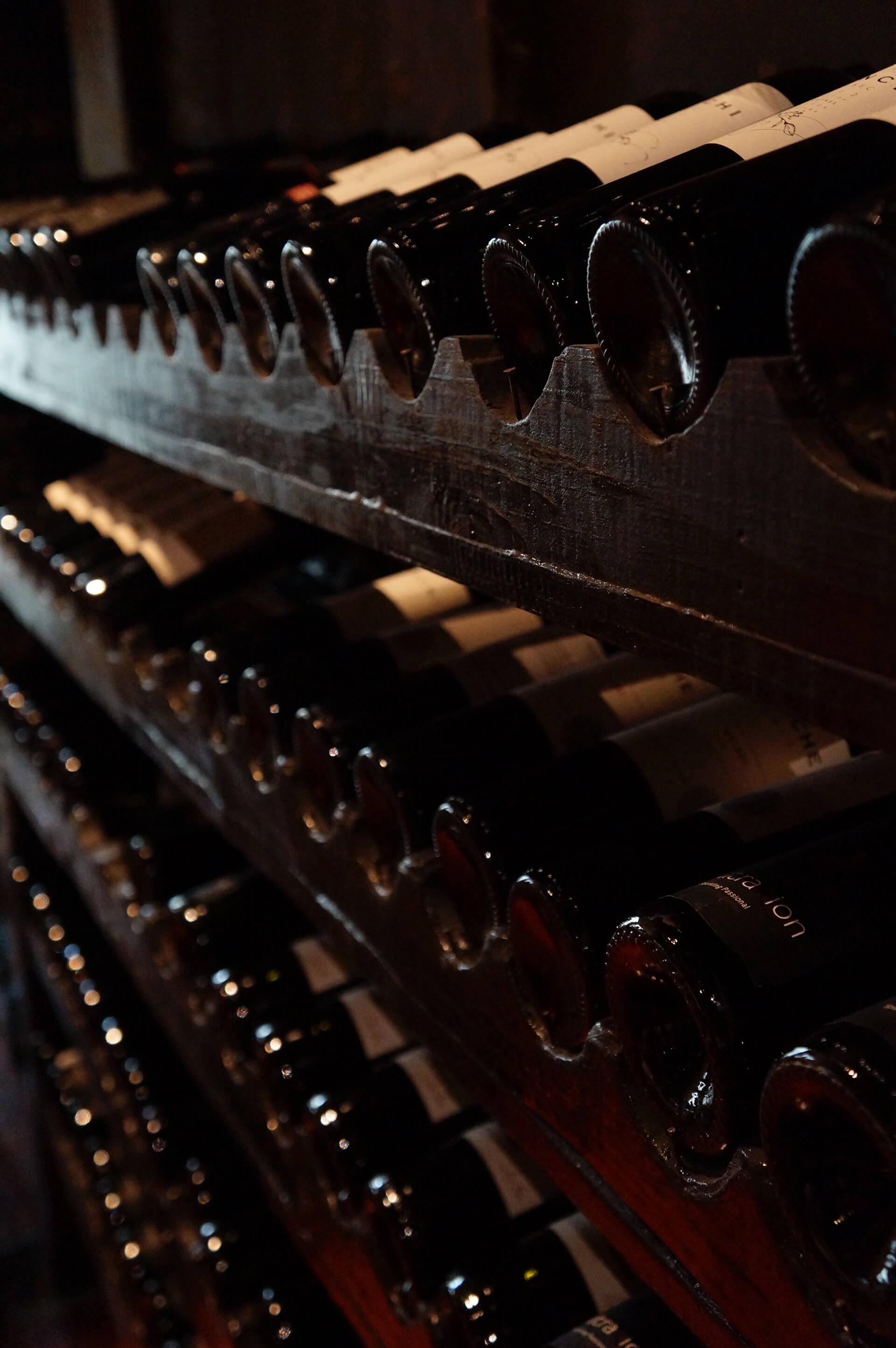 Os especialistas em vinho defendem que haja na adega apenas iluminação suficiente para conseguir ler o rótulo.