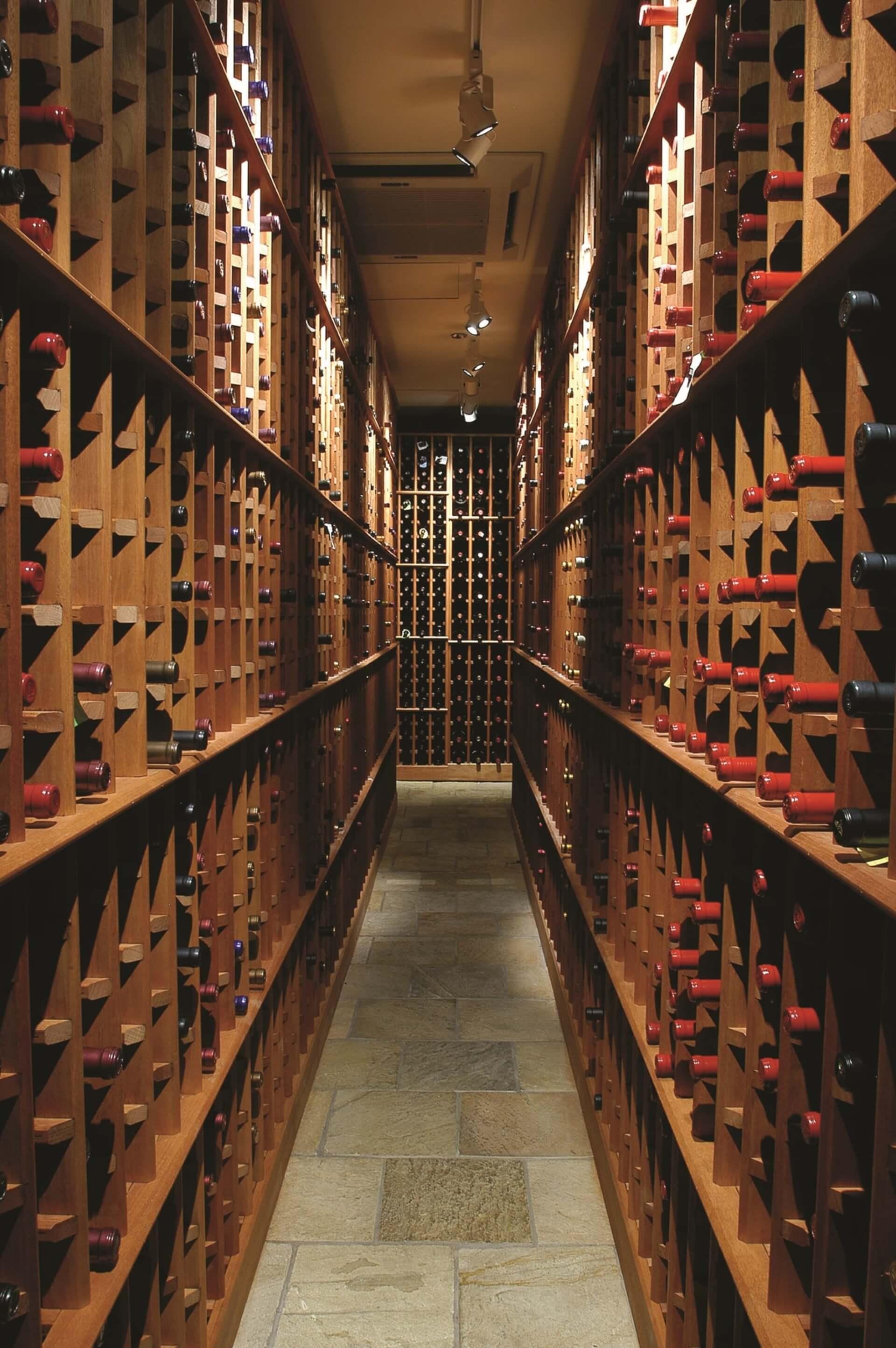 Imagem: Especialistas indicam que a iluminação seja suficiente apenas para ler os rótulos dos vinhos armazenados.