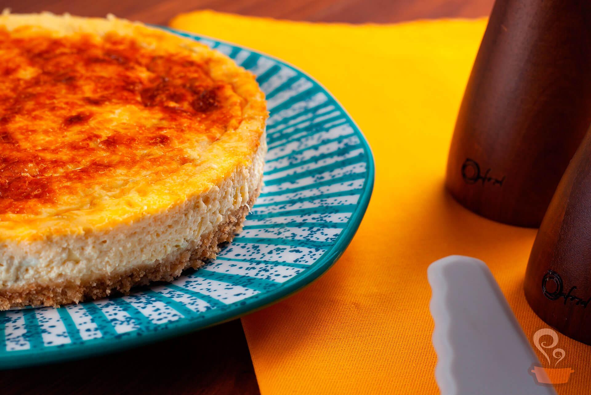 Imagem: Receita de cheesecake salgado com recheio de queijos. Foto: Na Minha Panela