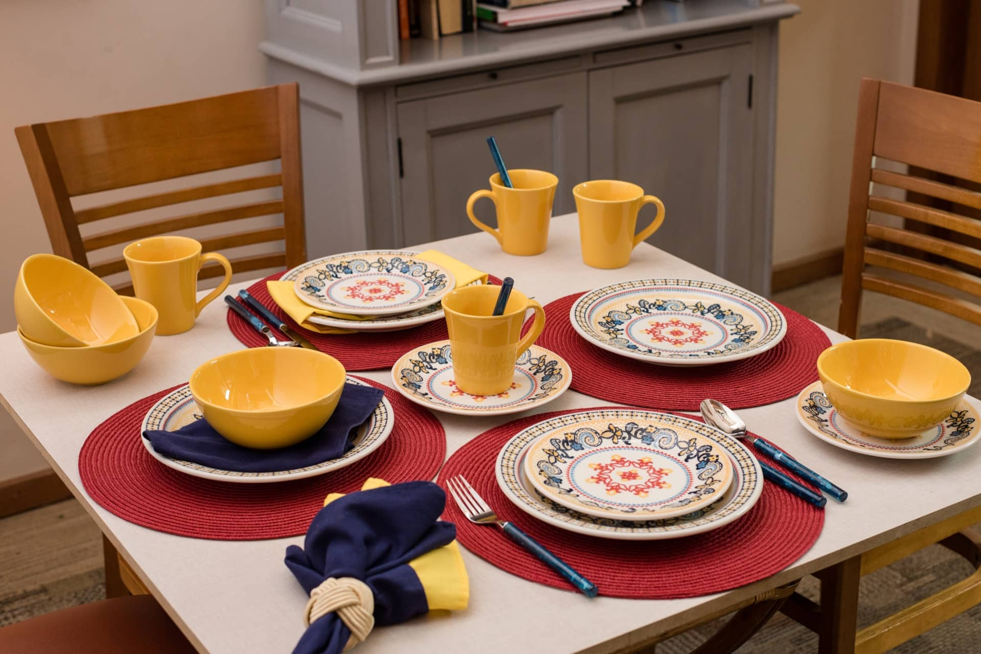 Imagem: Cores vibrantes e desenhos que lembram bordados valorizam a linha Floreal La Pollera, da Oxford, Foto: Karla Rudnick