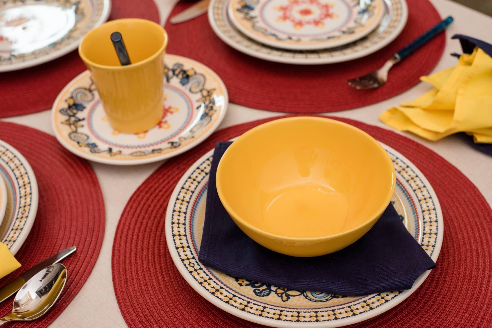 Imagem: Para complementar o jogo de jantar Floreal La Pollera, você pode usar as canecas Tulipa e as tigelas, também da Oxford, em amarelo. Foto: Karla Rudnick