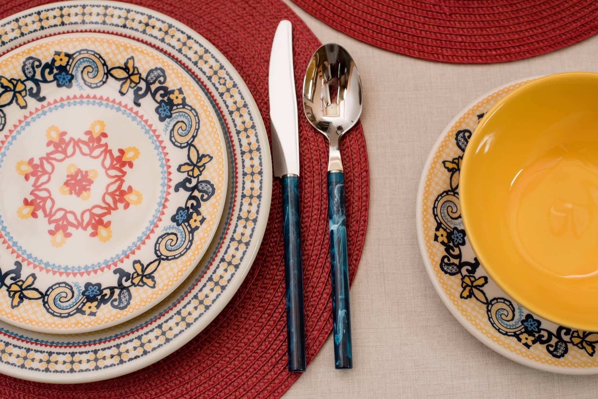Imagem: Os pratos de sobremesa e de jantar possuem desenhos diferentes, com arabescos e flores estilizadas que se harmonizam perfeitamente. As louças da coleção Floreal La Pollera podem ser encontradas na loja online da Oxford e em lojas físicas de todo Brasil. Foto: Karla Rudnick