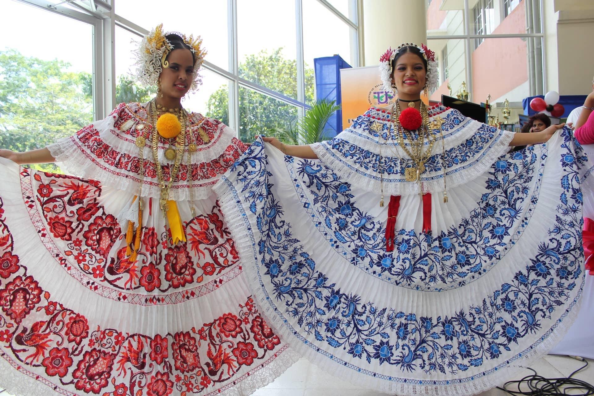 Imagem: Mulheres panamenhas exibem as polleras que fazem parte do traje nacional típico. Foto: Ayaita (Wikipedia - Creative Commons)