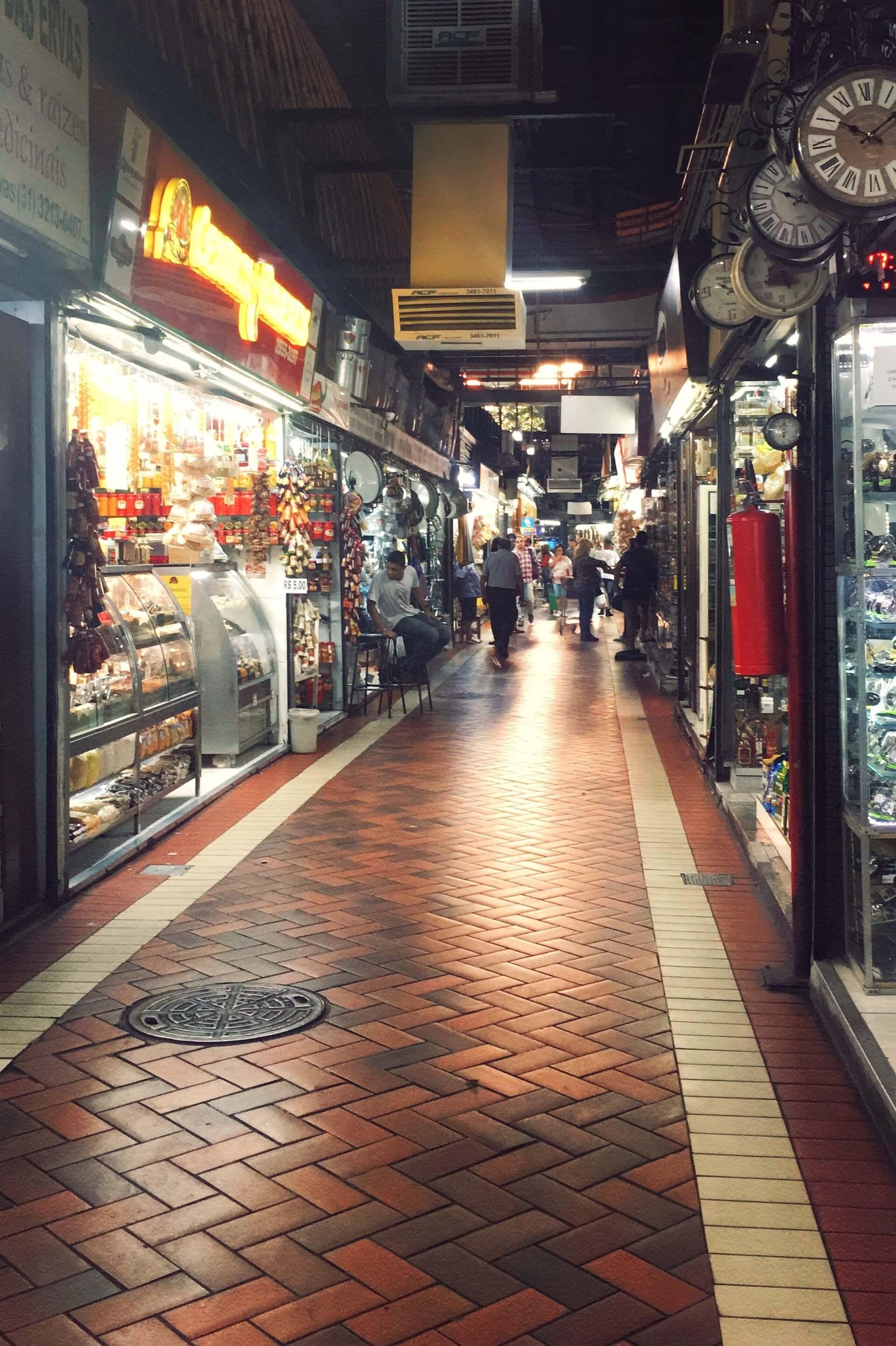 Imagem: O mercado central é ponto obrigatório para quem visita BH. Assim como a maioria dos mercados públicos, lá existe desde insumos até a comida pronta. Imagem: acervo pessoal Amanda Tiedt.