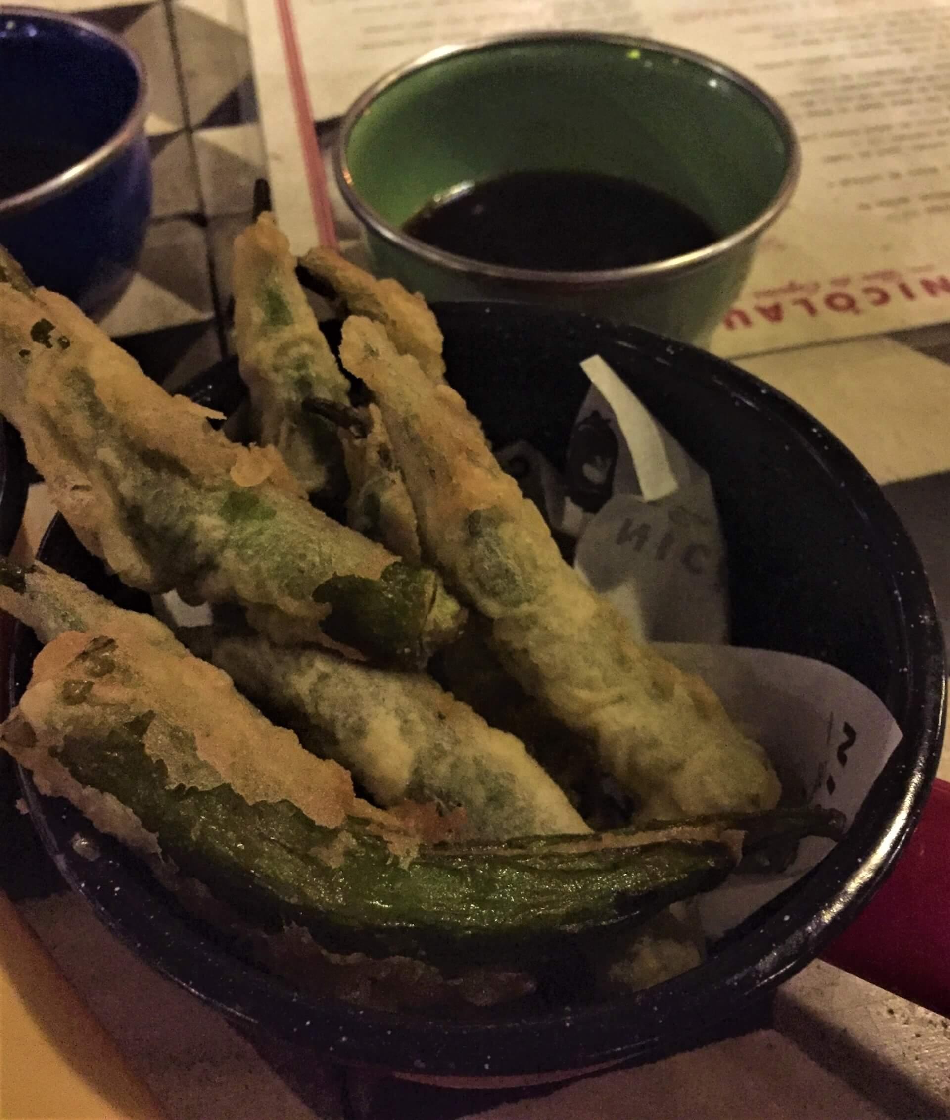 Imagem: Os pratos são internacionais, com releituras bem mineiras. Experimentamos o tempurá de quiabo e o sanduíche de pastrami de língua bovina, ambos deliciosos! Imagem: acervo pessoal Fabíola Cordeiro.