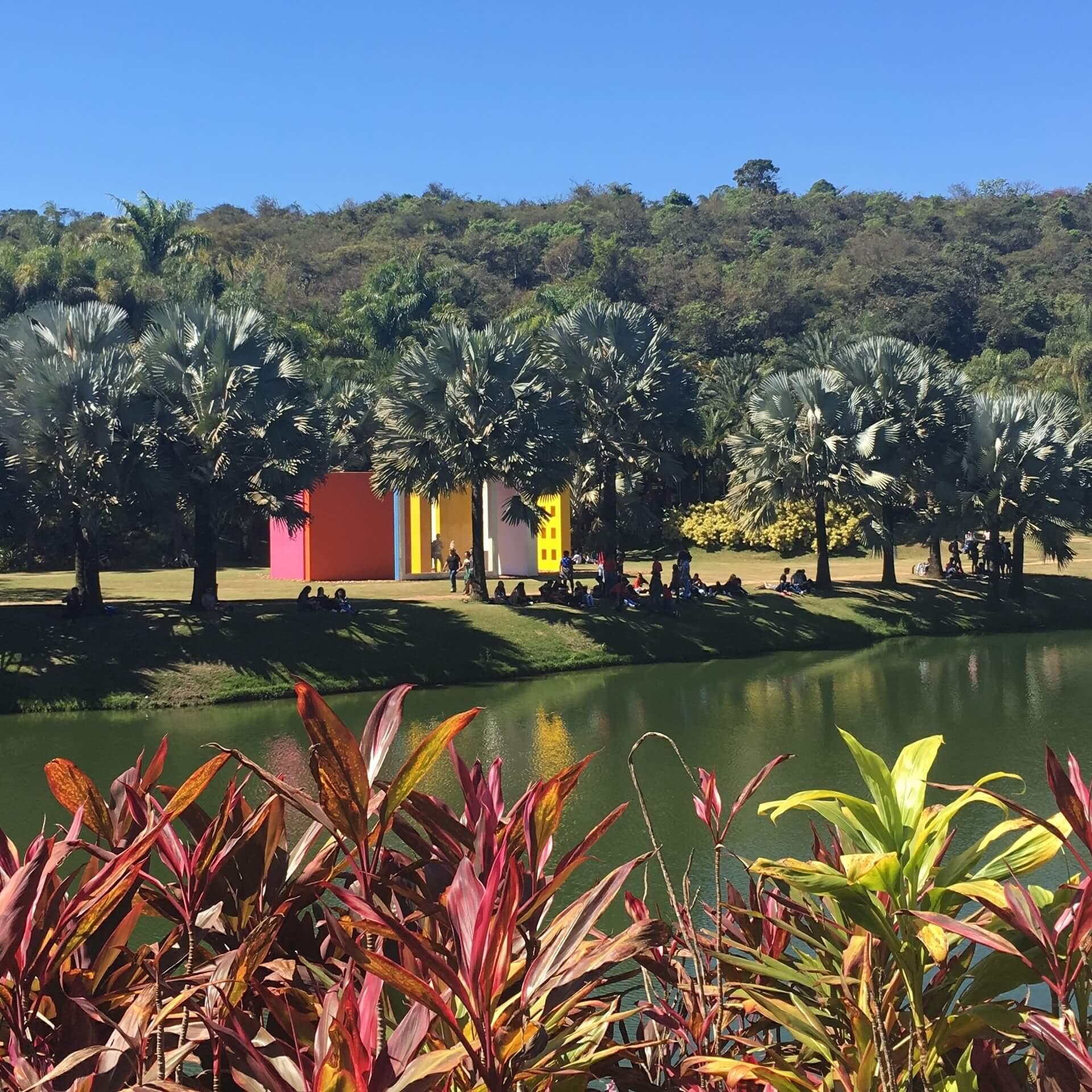 Imagem: O museu é composto de várias galerias e, entre elas estão dispostas outras obras de arte, a vegetação nativa e o projeto paisagístico de Burle Marx. Imagem: acervo pessoal Amanda Tiedt.