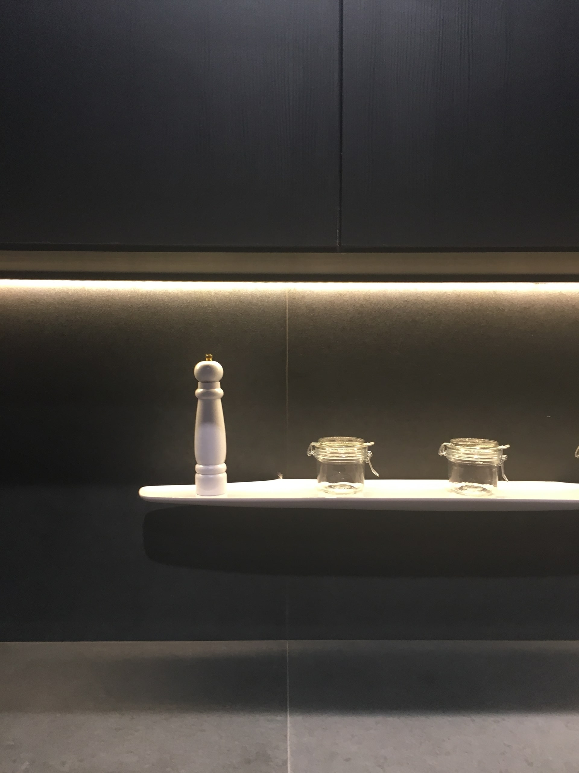 As cozinhas presentes na Expo Revestir 2019 já davam indícios que o estilo industrial se manteria como uma das principais tendências por algum tempo. A mesma atmosfera é traduzida para utilidades domésticas e suportes. Foto: Arquiteca Projetos.