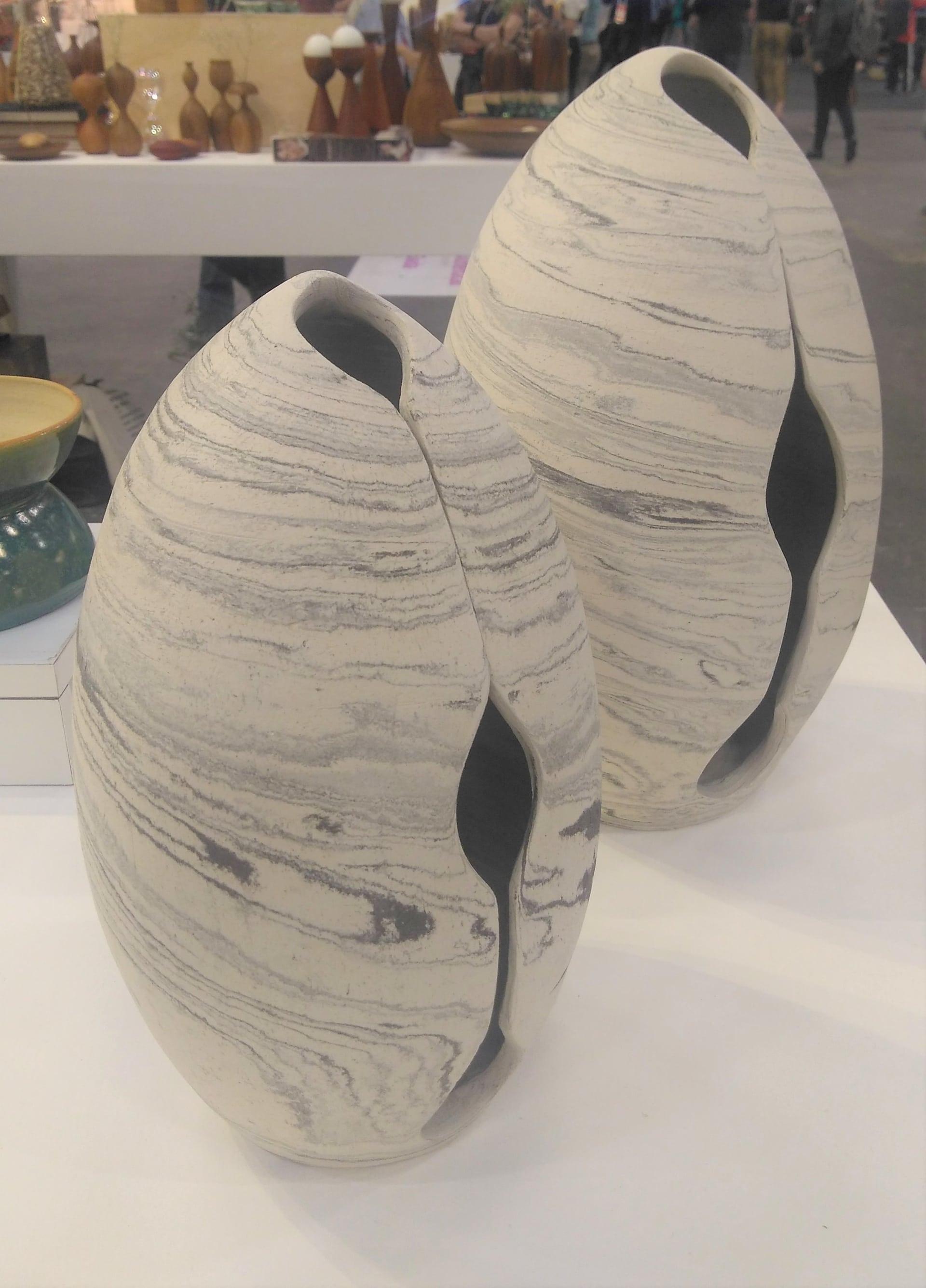 Imagem: Estes elementos esculturais representam bem o conceito de volumetrias mais arredondadas. O branco e o cinza que puxam tons de bege e cinza também são uma forte tendência para as utilidades domésticos. Foto: Equipe Oxford.