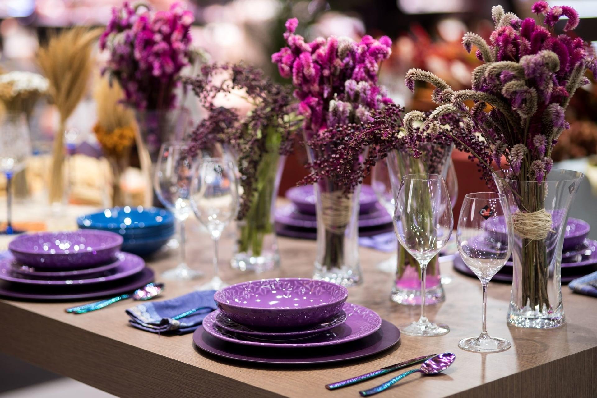 Imagem: Uma mesa alegre, vibrante e divertida feita com tons de roxo. Por falar em cores vibrantes, objetos em furta-cor também apareceram como tendência. Esses talheres são da Oxford e são lançamentos de 2020. Em breve, estarão na Loja Virtual da marca e em revendedores de todo o país. Foto: Henrique Peron