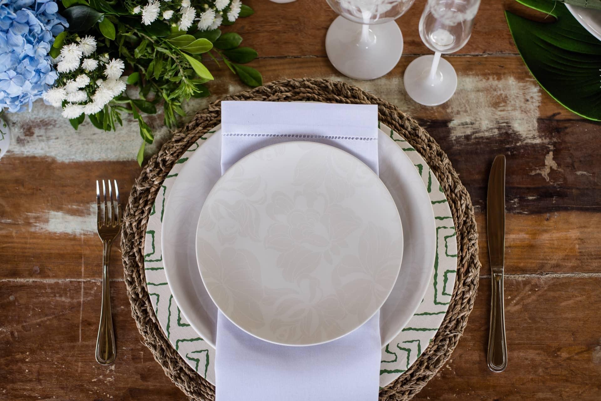 Imagem: Repare que os pratos de porcelana Coup Blanc, da Oxford, têm desenhos de rosas brancas sobre fundo branco. Um detalhe sutil e romântico que faz toda a diferença, seja num almoço de casamento, ou em momentos especiais do dia a dia. Foto: Karla Rudnick/Produção: Ateliê da Mesa