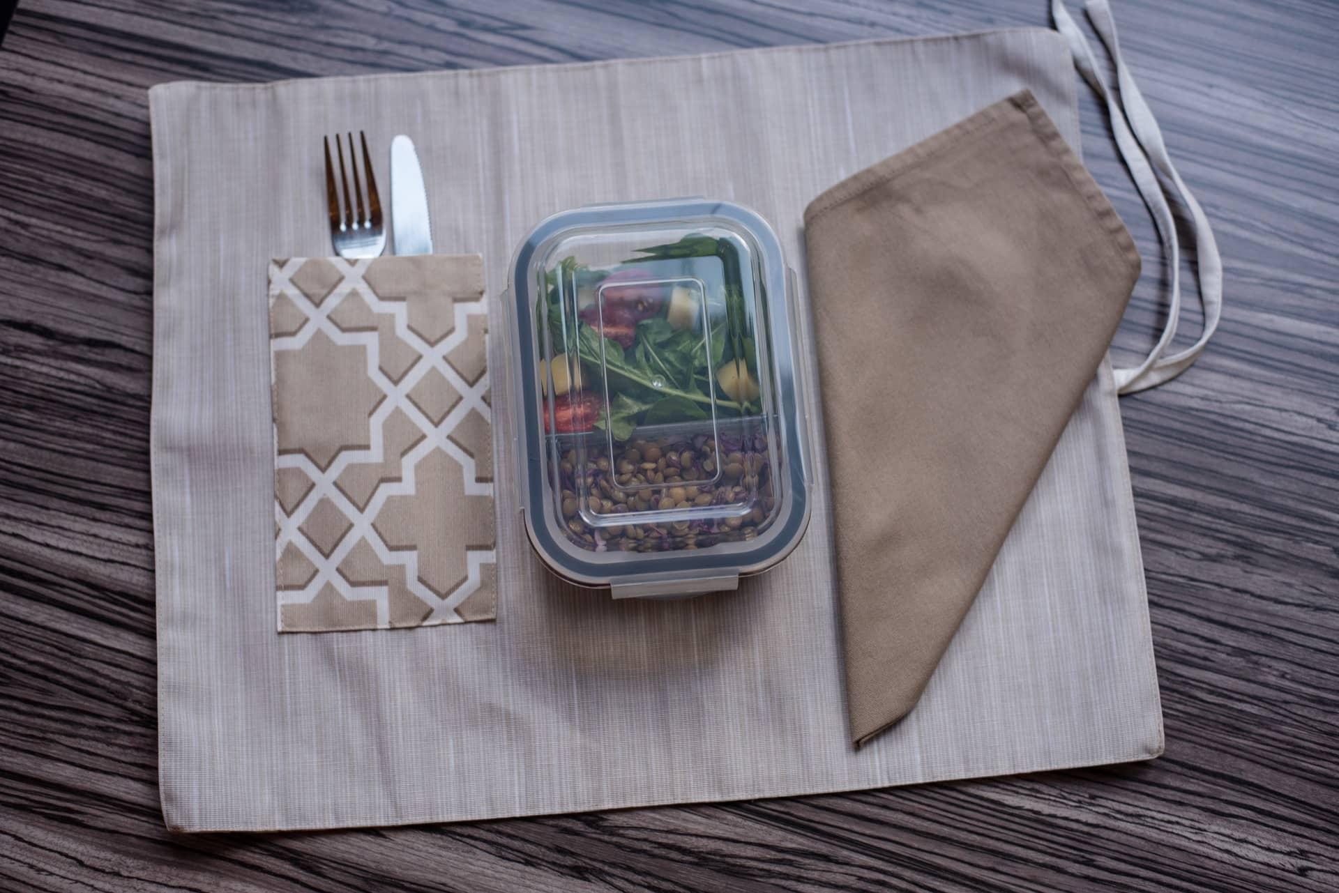 Seu jogo americano para marmita está pronto! Agora é só incluir um guardanapo e uma marmita de vidro, como esta da Oxford, feita de vidro borosilicato, com divisão interna e fechamento hermético.Foto: Karla Rudnick