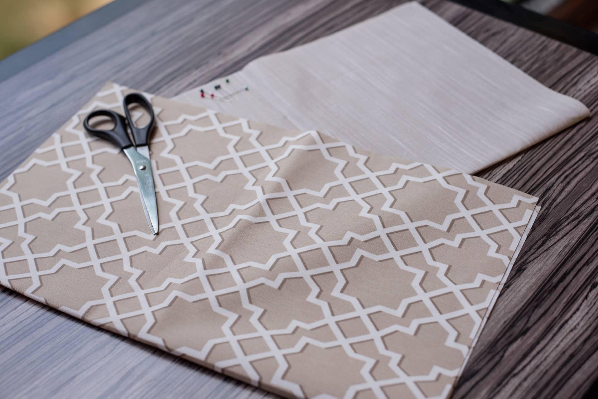 Passo 1: Recorte dois retângulos de tecido parao jogo americano medindo37 cm x 47 cm, cada. Foto: Karla Rudnick