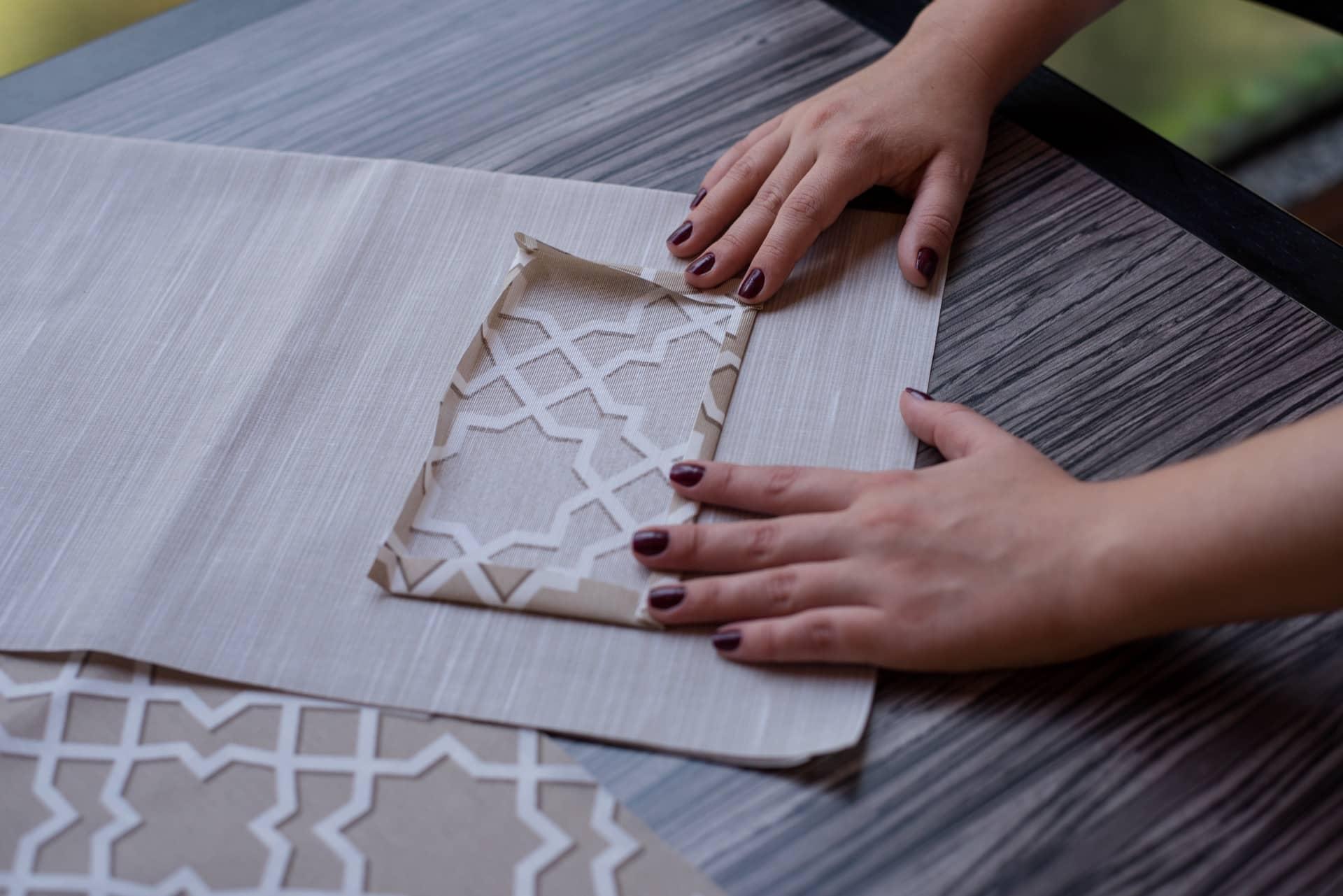 Passo 2: recorte o bolso. Ele mede 12 cm x 22 cm, já contando com o espaço pra dobrar e costurar. Depois de fazer as dobras, passe com o ferro para vincar. Foto: Karla Rudnick