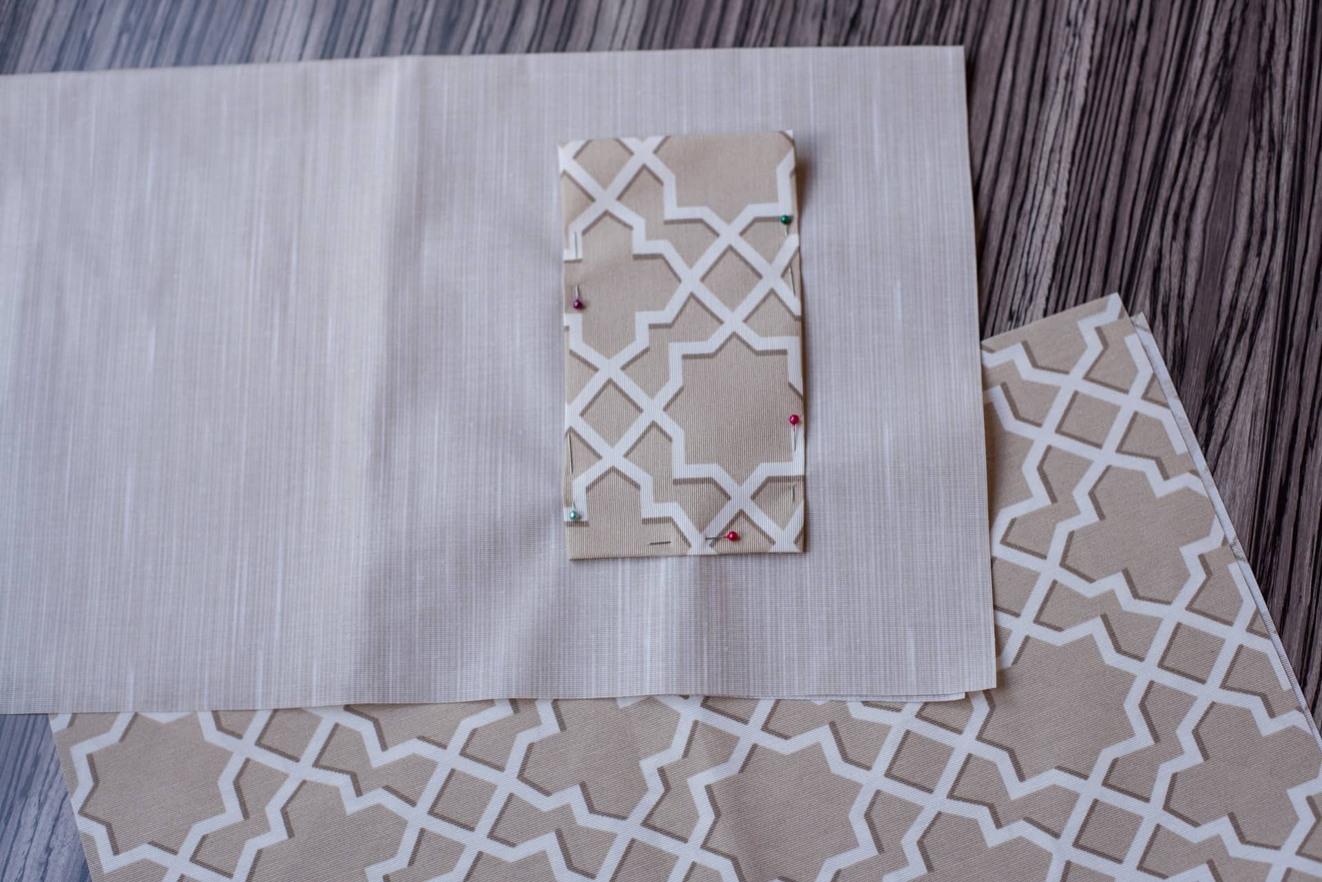 Passo 3: alfinete o bolso e costure-o no tecido liso, deixando a parte de cima aberta para acomodar os talheres. Foto: Karla Rudnick