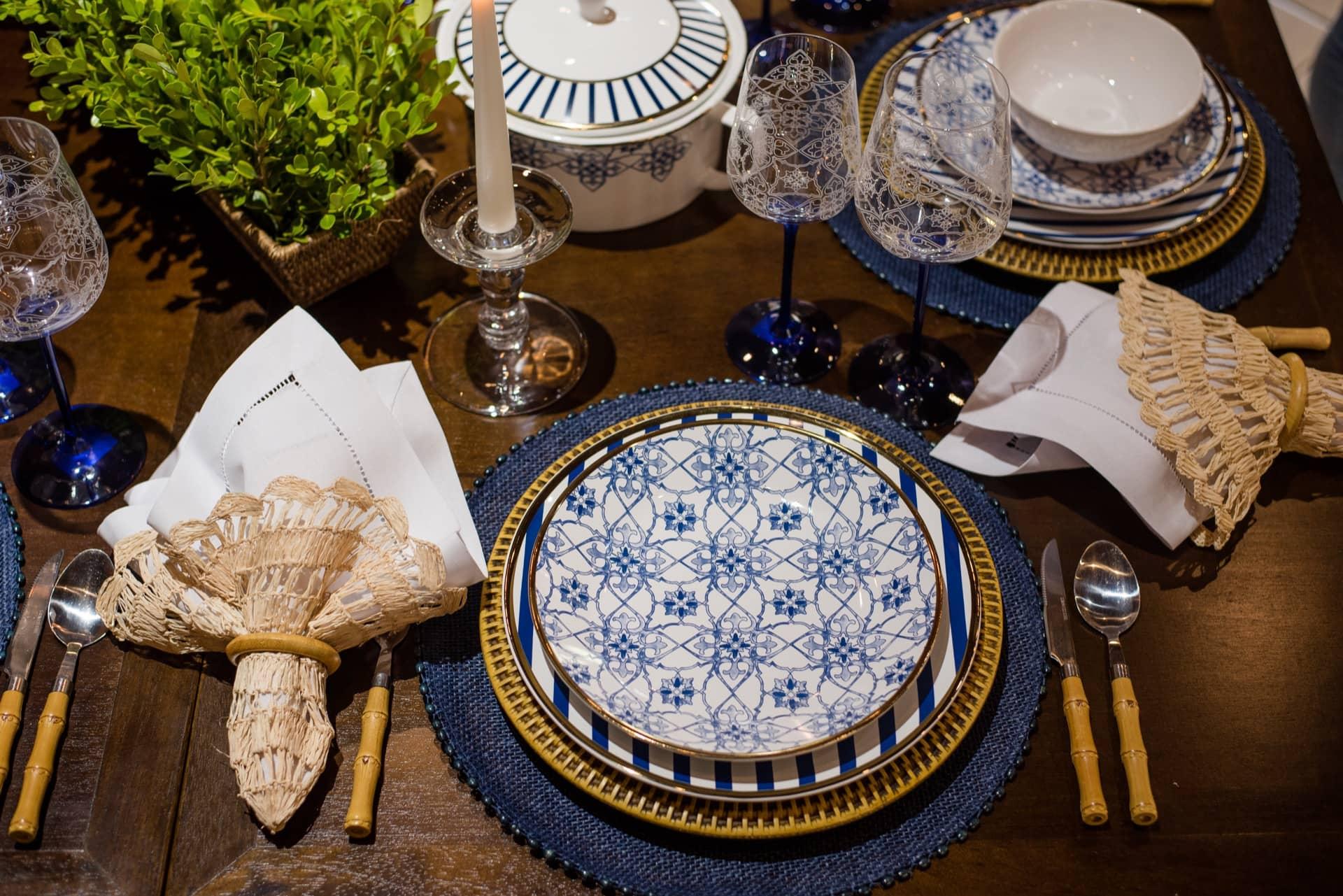 Imagem: Materiais naturais trazem aconchego para a mesa. O guardanapo de linho vem embrulhado numa toalhinha de palha. Os sousplats são de rattan, e os talheres imitam bambu. Foto:Karla Rudnick