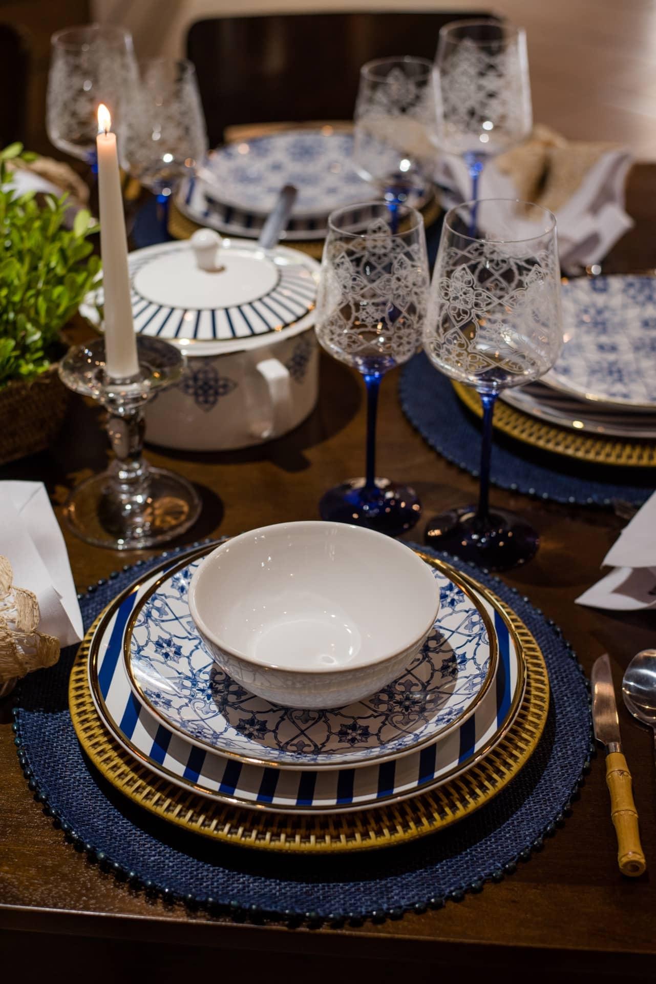 Imagem: Nos dias frios, os convidados vão adorar um caldo perfumado como entrada. Pratos e sopeira da coleção Coup Lusitana, da Oxford Porcelanas. O bowl também é da Oxford Porcelanas.Foto: Karla Rudnick