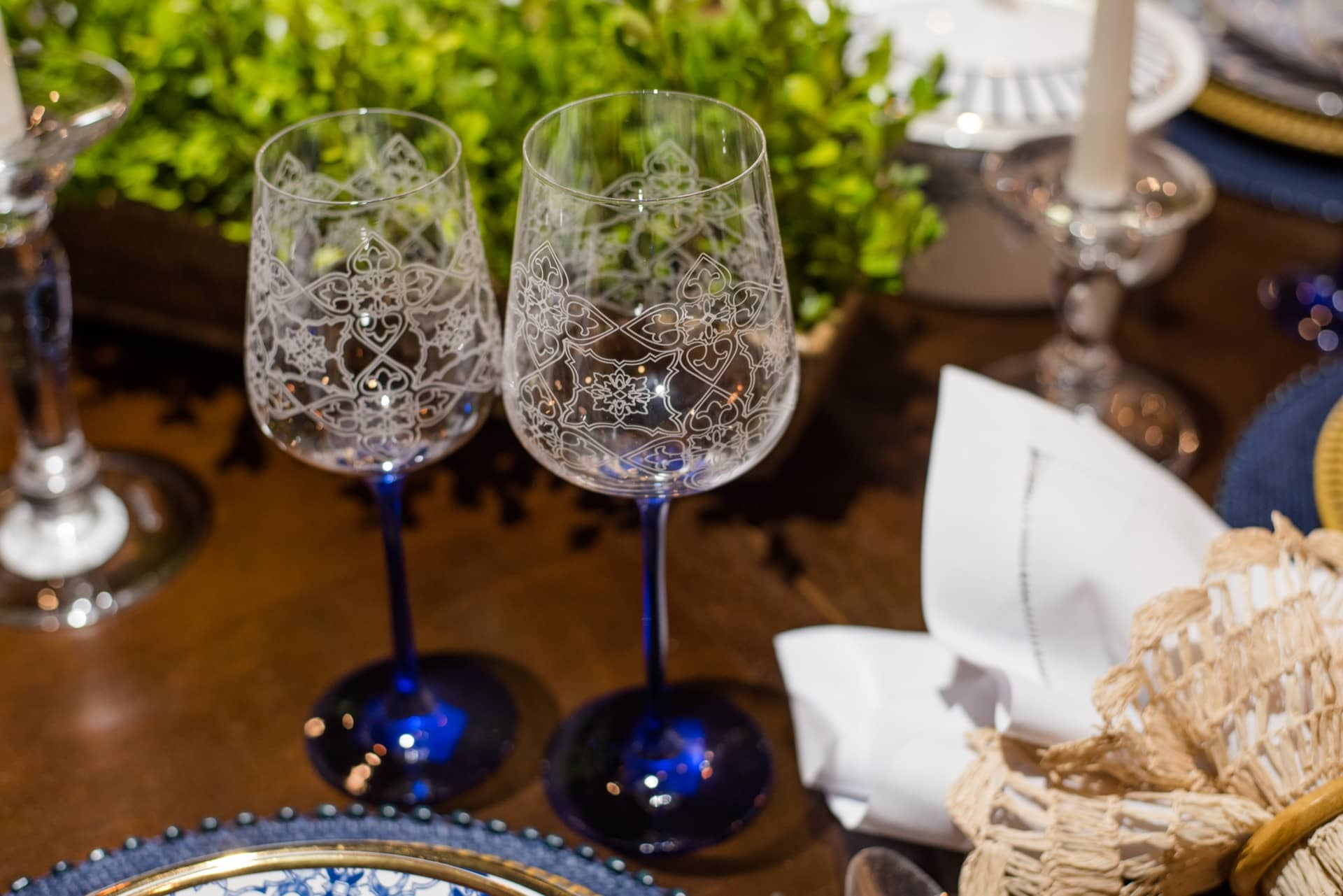Imagem: A estampa da louça portuguesa aparece também nas taças decoradas Coup Lusitana, da Oxford. Puro requinte! Foto: Karla Rudnick