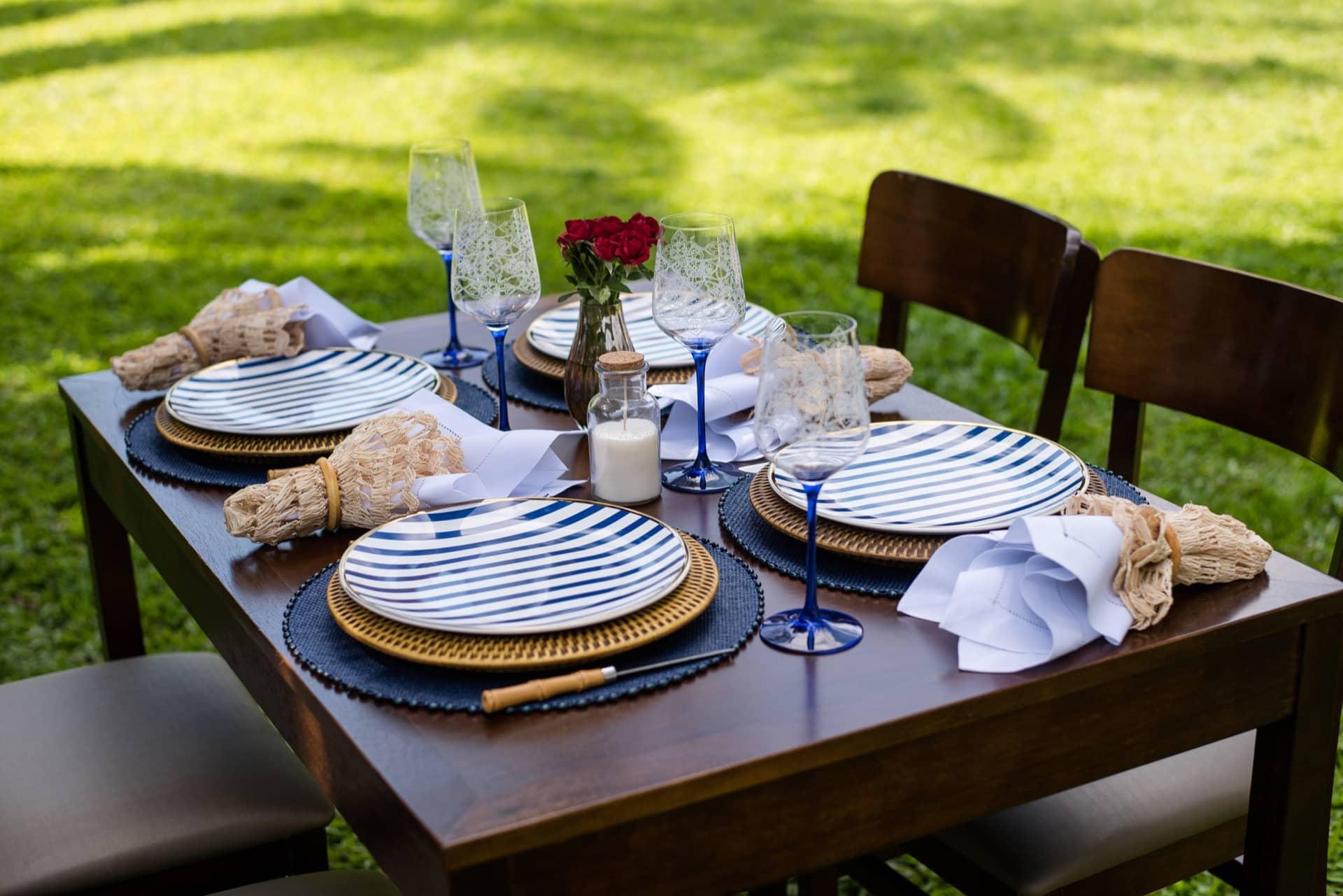 Imagem: No almoço ao ar livre, a louça (Coup Lusitana, da Oxford Porcelanas) mostra seu lado mais informal.Foto: Karla Rudnick