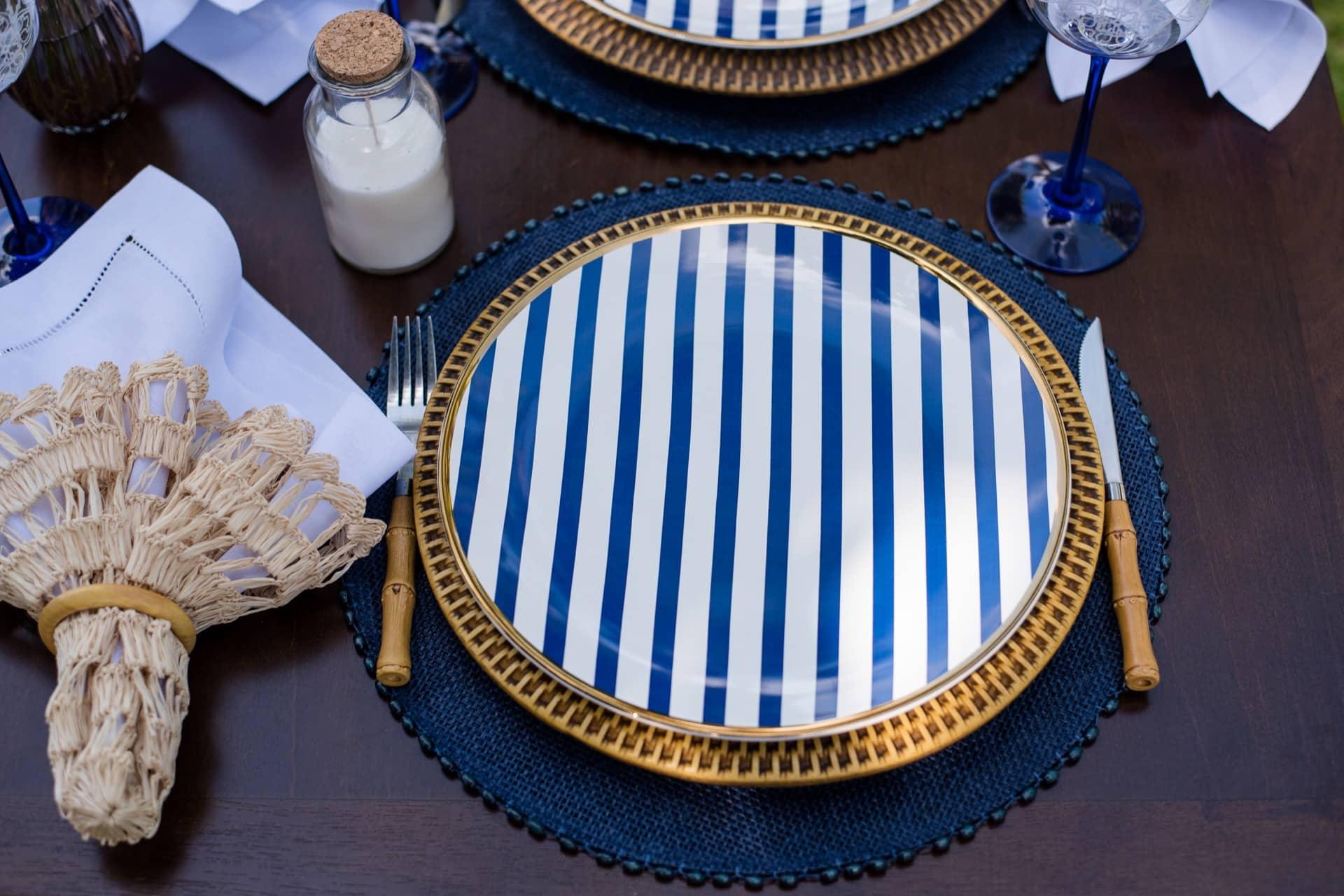 Imagem: Nessa louça de inspiração portuguesa, o grafismo azul e branco contrasta com o friso de ouro. Prato de porcelana da coleção Coup Lusitana da Oxford Porcelanas. Foto: Karla Rudnick