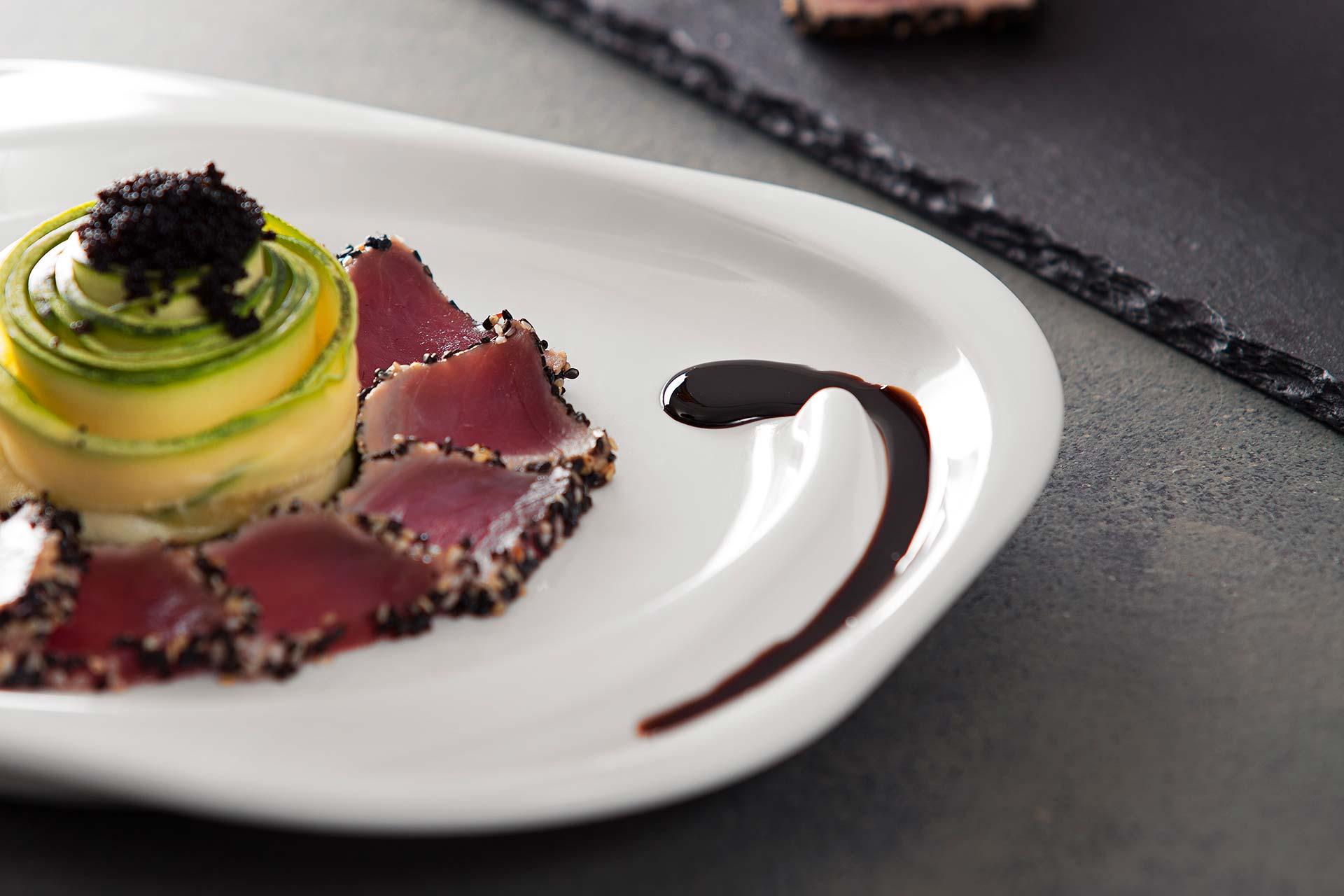 Imagem: Nada melhor do que receber os amigos surpreendendo, certo? O prato Spiral da Oxford possui cavidade para colocação de molhos na finalização de pratos.