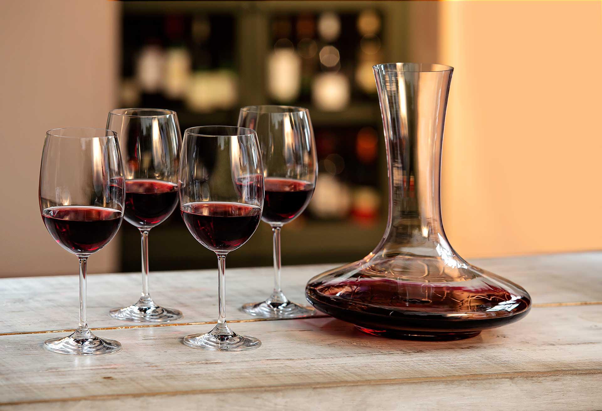 Imagem: Para receber os amigos com muito vinho, aposte no decanter e nas taças da Oxford Alumina Crystal, o cristal mais resistente do mercado!