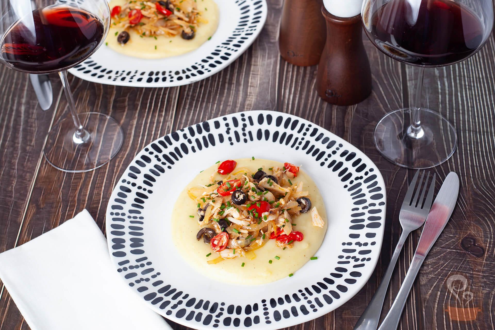 Receita perfeita para a Páscoa: Bacalhau mediterrâneo com purê de batatas. FOTO: naminhapanela.com