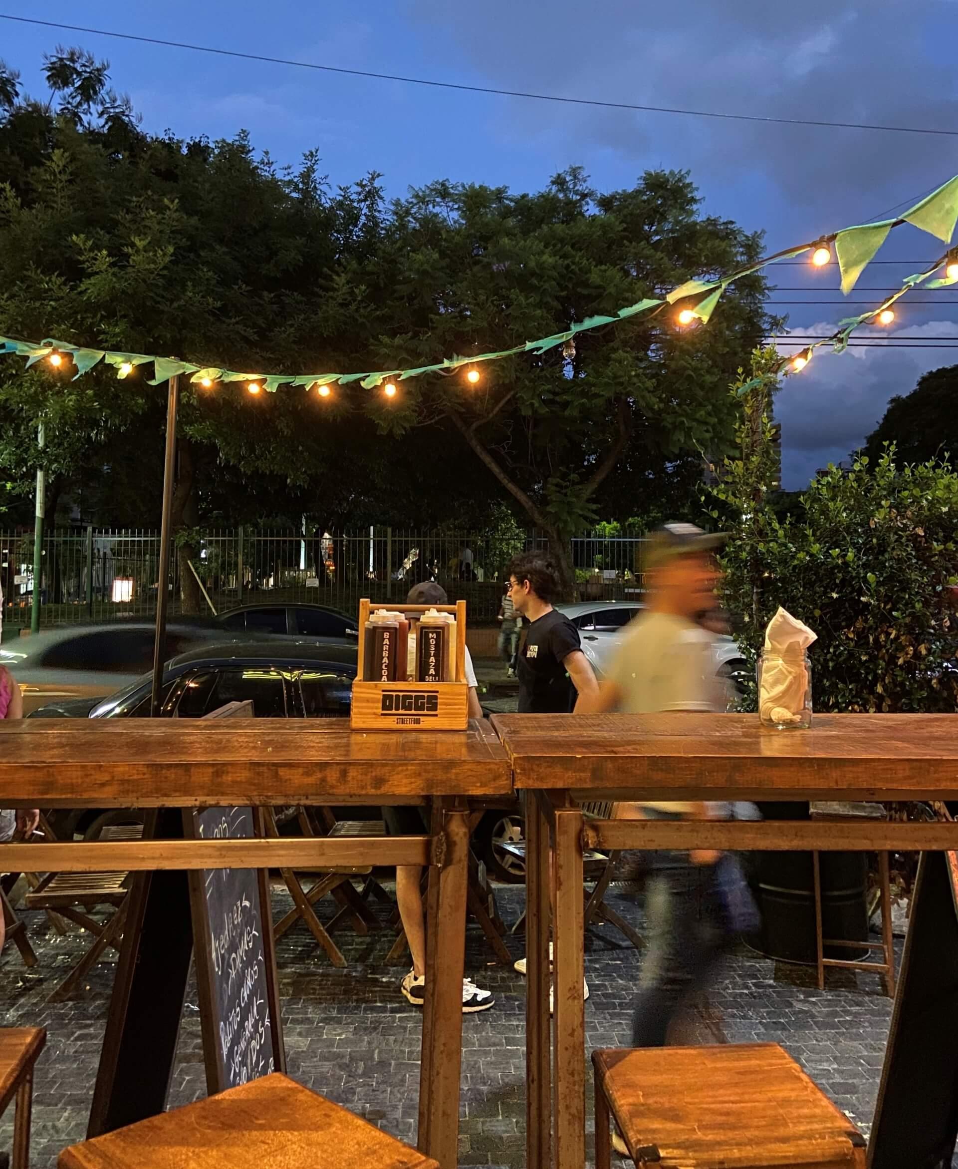 As ruas em volta da praça são enfeitadas com bandeirinhas, cordões de luz e algumas árvores possuem um tricô colorido em volta do tronco. Ou seja, tudo bonito e charmoso para aproveitar um final do dia em Buenos Aires. Foto: Fabíola Cordeiro.
