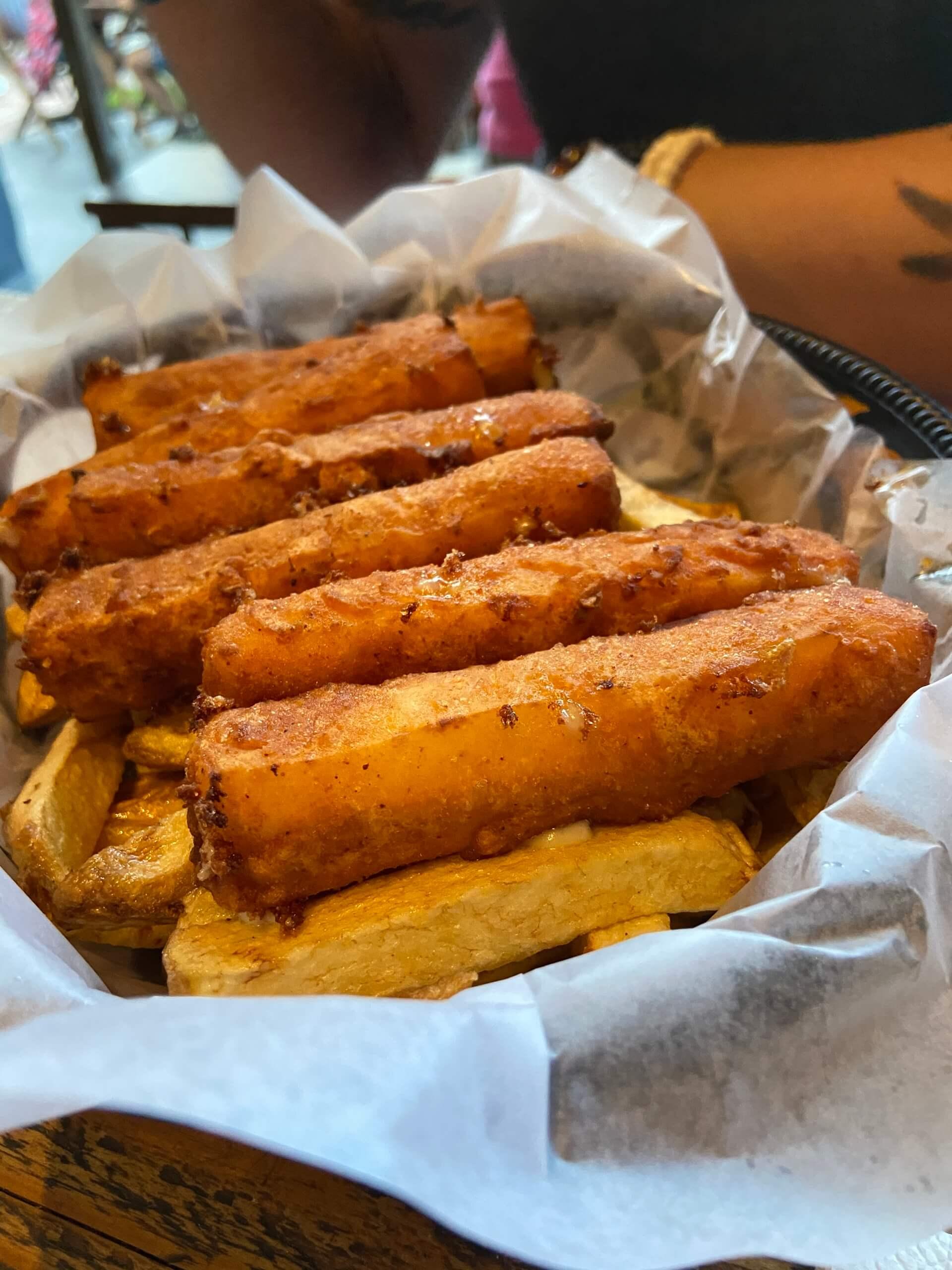 """No bar diggs, porção de bastões de queijo com batatas. Os """"bastões"""" de queijo argentinos são muito maiores que os palitos de queijo brasileiros. É bom saber disso para não se perder na quantidade de comida. Foto: Fabíola Cordeiro."""
