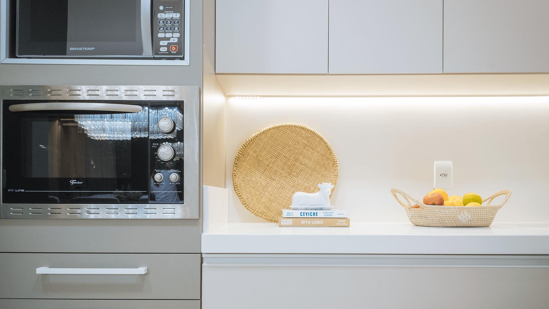 Até mesmo a cozinha pode ficar mais aconchegante. Aqui foram usados elementos de corda e palha natural para trazer mais afetividade para o espaço, que era todo branco. Projeto: Arquiteca Projetos. Foto: Ricardo Felipe.
