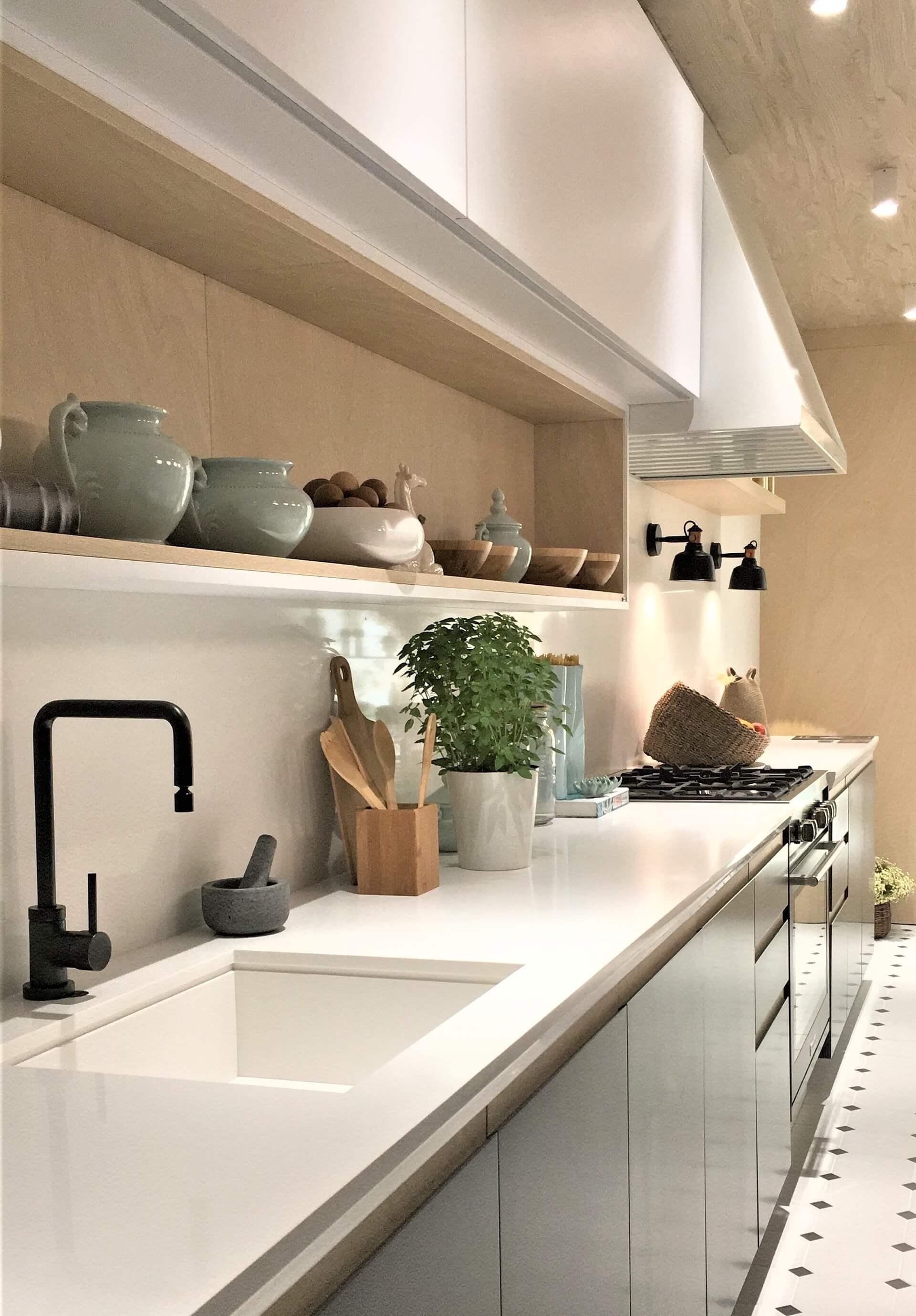 O piso da cozinha é de ladrilhos branco com preto, o que deu um toque retrô. Foto: Arquiteca Projetos.