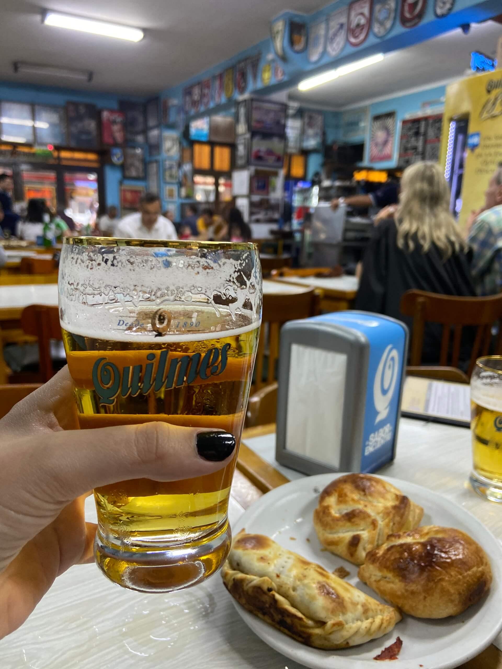 Assim como em vários lugares tradicionais da Argentina, a cerveja Quilmes é a principal cerveja do restaurante. Foto: Fabíola Cordeiro.