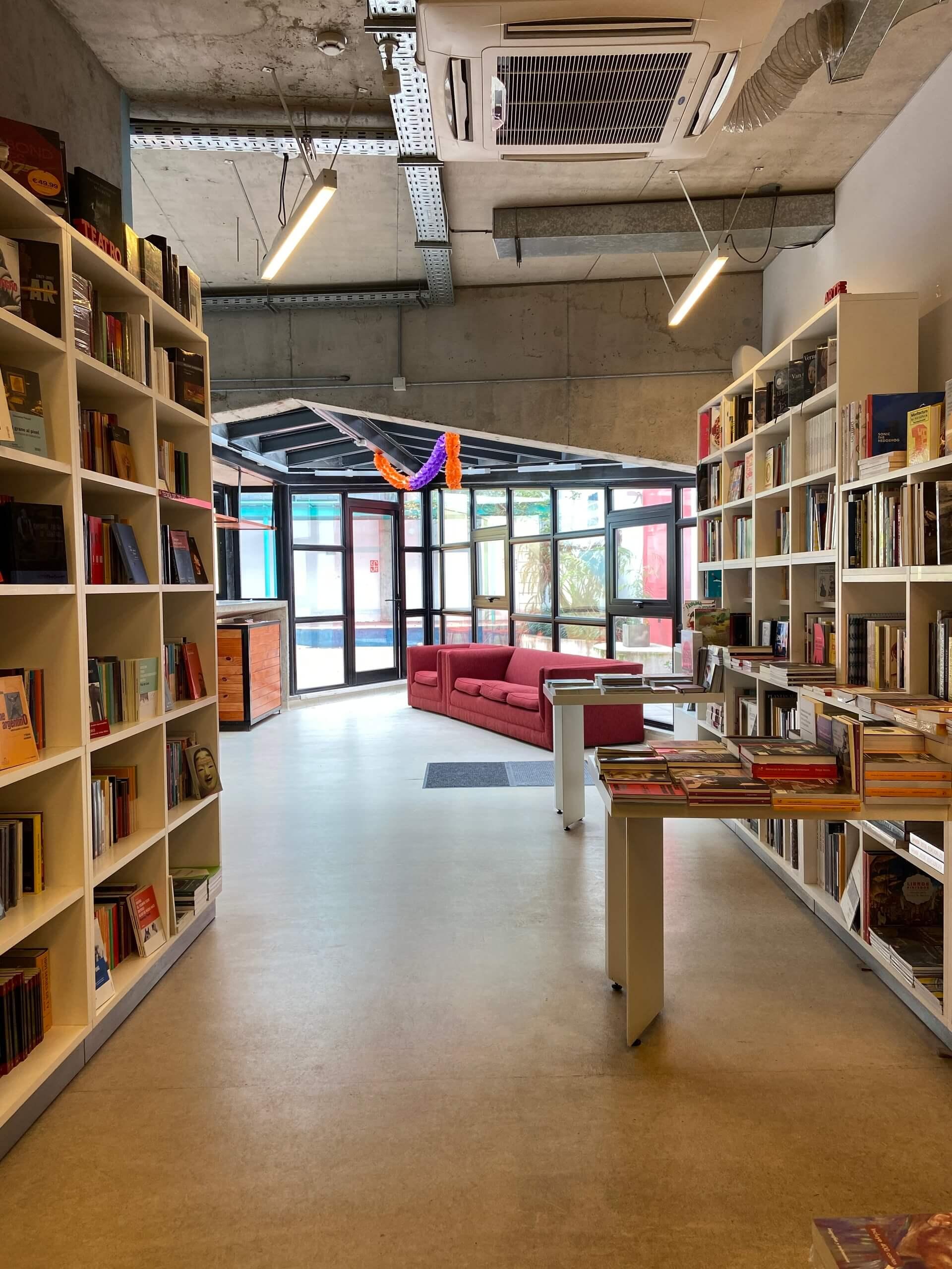 A livraria também conta com um café e um pátio que recebe eventos culturais. Foto: Fabíola Cordeiro.