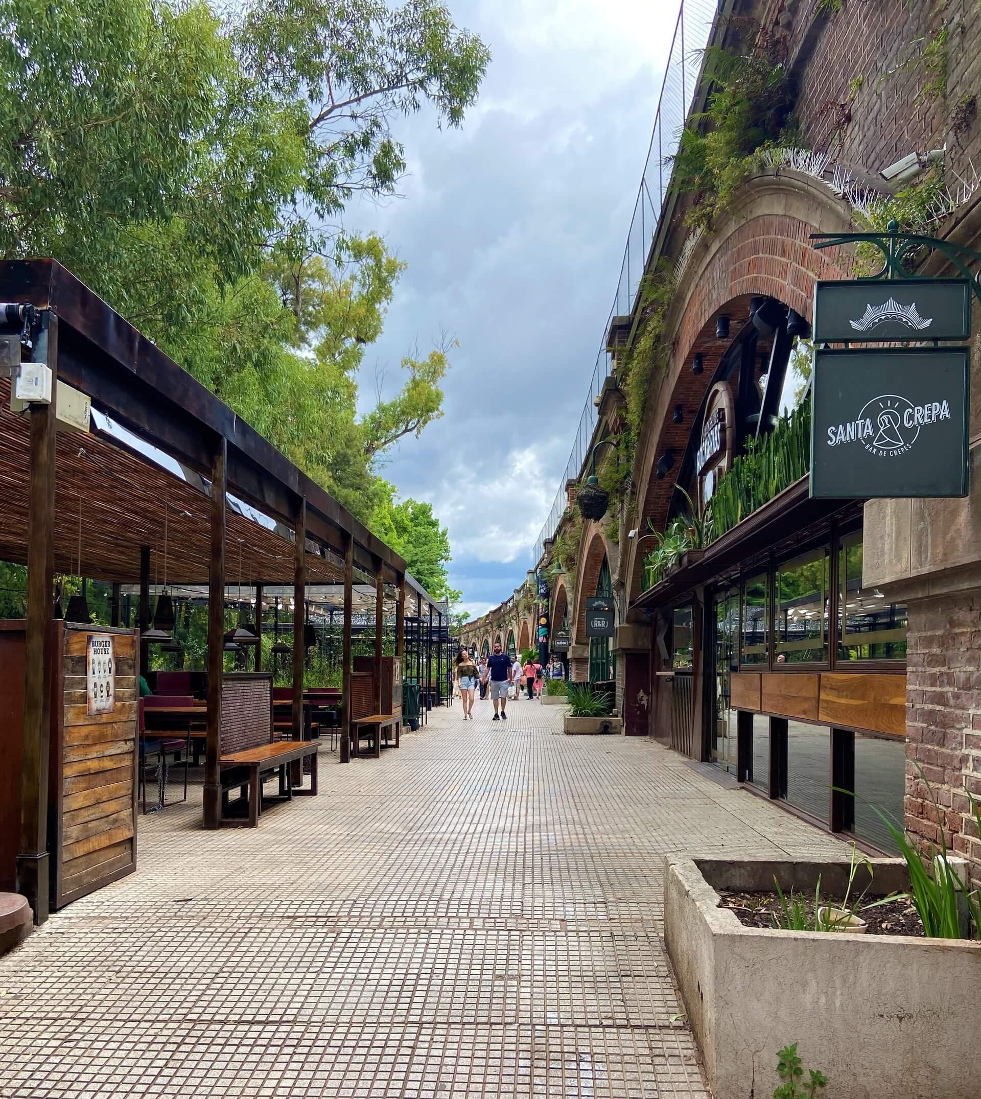 Em 2017, foi inaugurado o Arcos del Rosedal, um espaço ao lado do parque que conta com bares, cafés e sorveterias. Ao lado do parque e do lago, ele trouxe muita vitalidade e movimentação para o espaço. Foto: Fabíola Cordeiro.