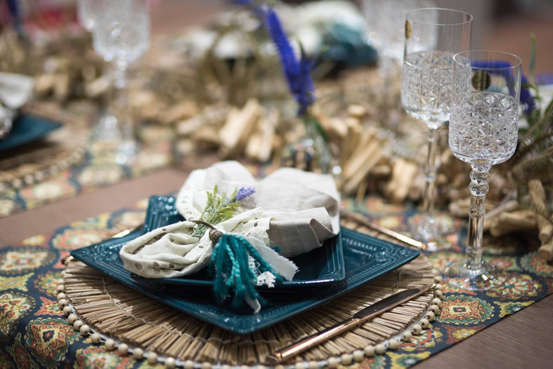 Nessa mesa, a porcelana Provence, da Oxford, vem acompanhada por guardanapo de laise enfeitado por um raminho de lavanda. O jogo americano de palha dá um ar rústico na medida certa. Foto: Henrique Peron
