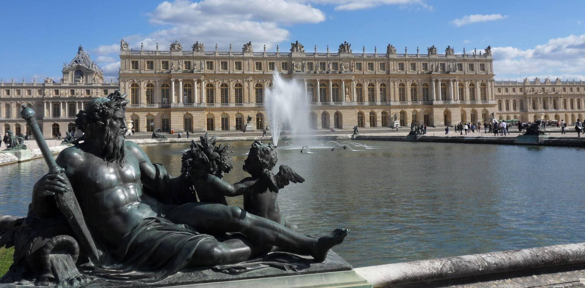 A escultura Le Seine, projetada por Girardon, foi uma das 16 figuras alegóricas colocadas ao redor do Parterre d'Eau (terraço aquático) no lado oeste do Palácio de Versalhes.
