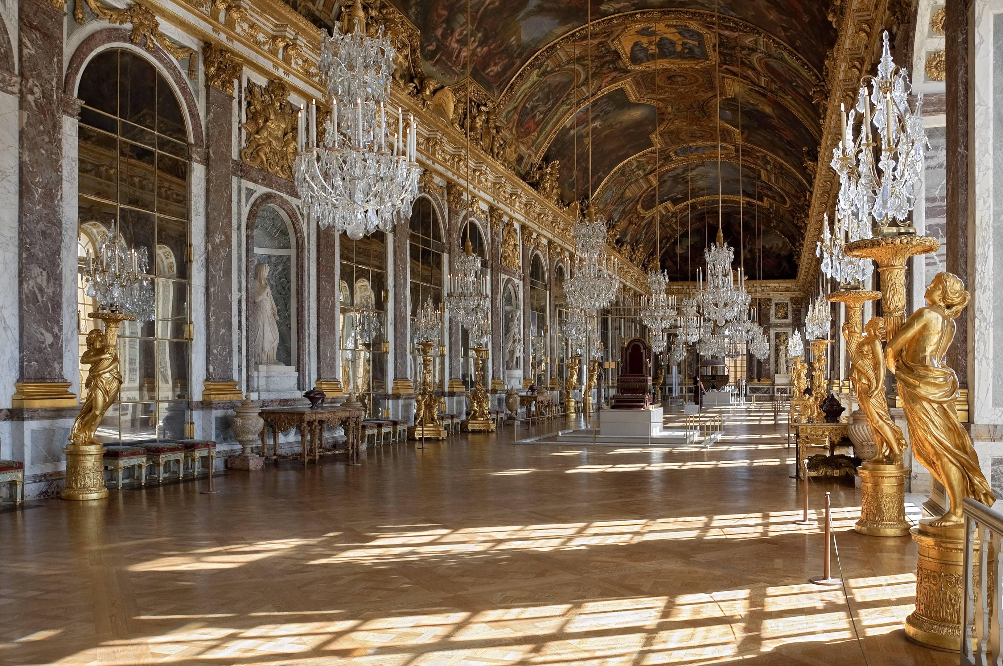 A Galeria dos Espelhos, no Palácio de Versalhes, exibe 357 espelhos posicionados em frente às 17 janelas do salão. Naquela época, os espelhos eram um artigo de luxo, e os mais famosos eram fabricados em Veneza, Itália. Por isso, o rei da França contratou especialistas venezianos para o serviço.