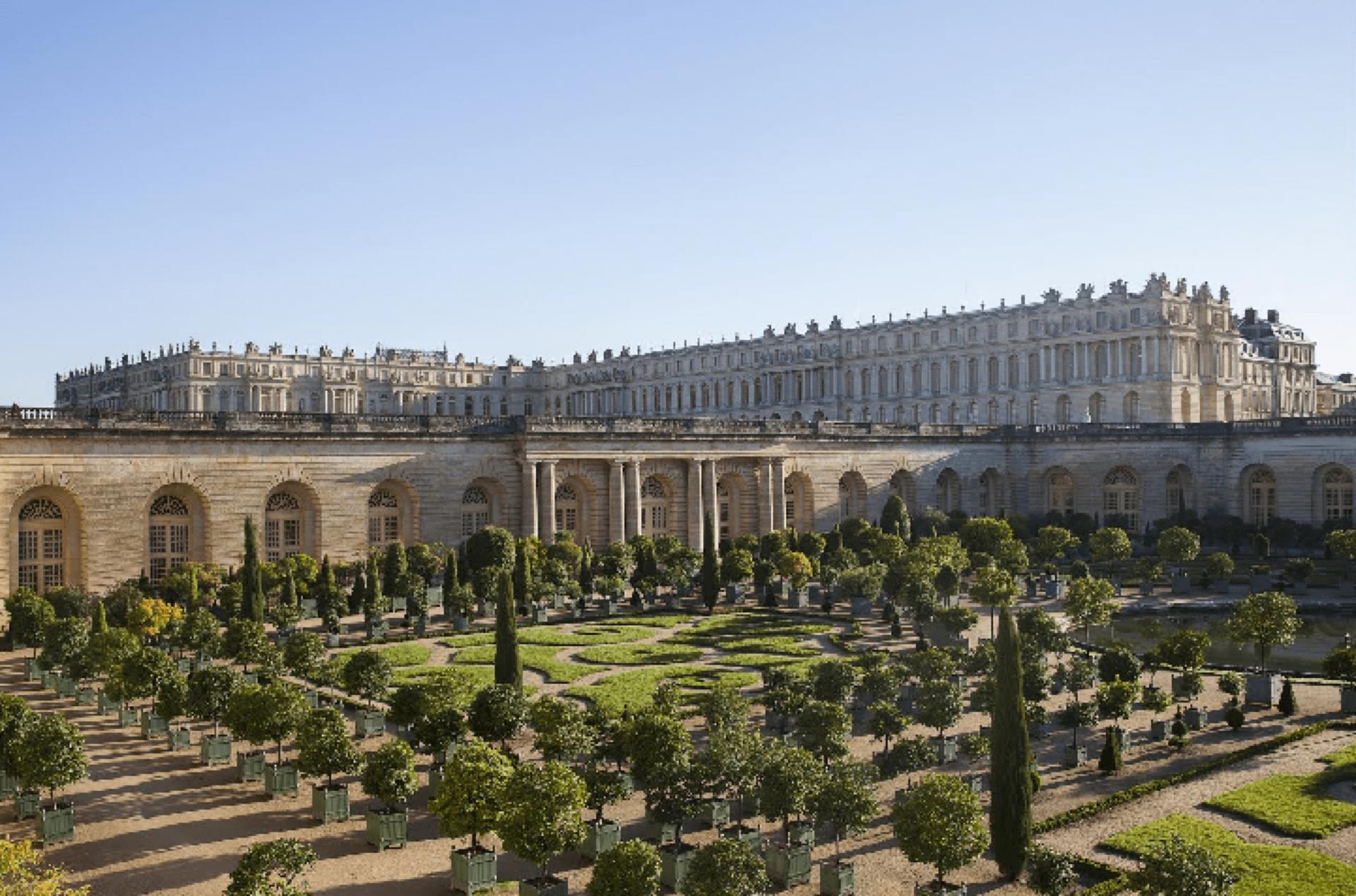 Vista do L'Orangerie, o famoso laranjal do castelo, que abrigava mais de mil árvores em caixas. Durante o inverno, elas eram alojadas em um pavilhão aquecido, uma vez que eram de origem mediterrânea e não suportavam o frio europeu.