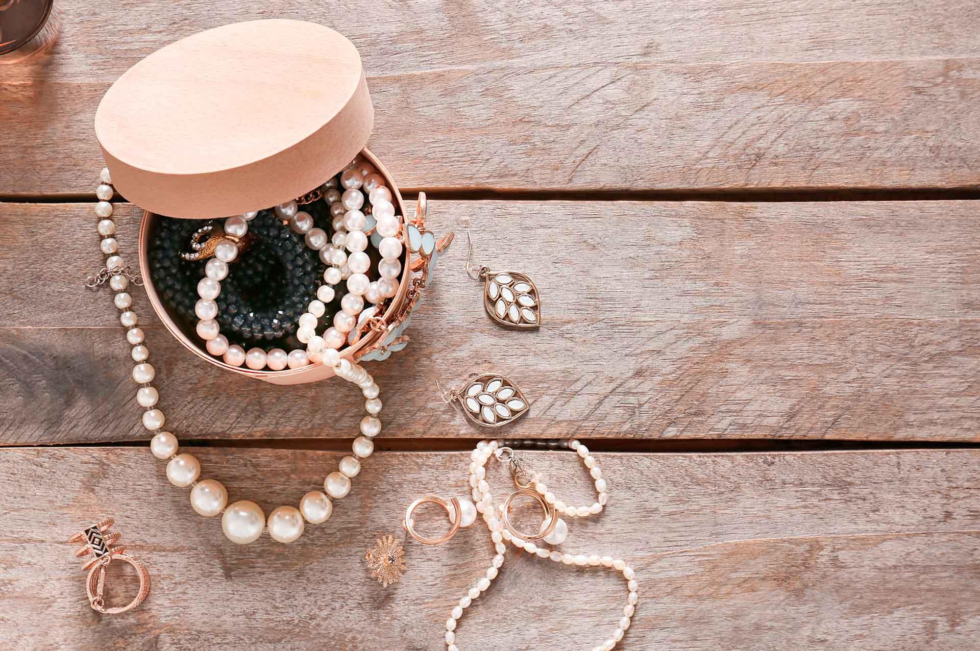 Texto: Pérolas em acessórios pessoais trazem charme e sofisticação. Fonte: Africa Studio/Shutterstock