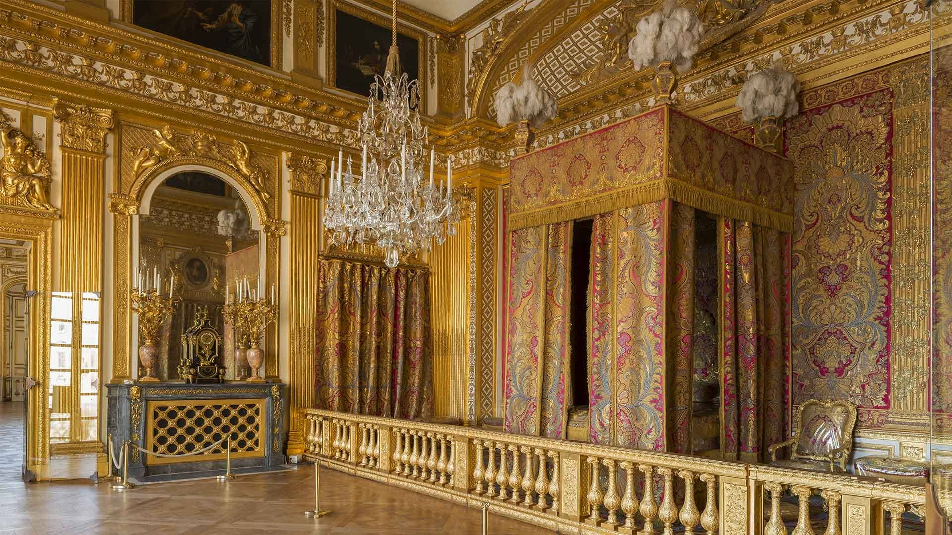 No Quarto do Rei, a cama é como um palco, separada do resto do ambiente por uma divisória dourada. Lá, toda manhã, o monarca era despido, lavado, barbeado e vestido publicamente, na presença dos cortesãos mais chegados.