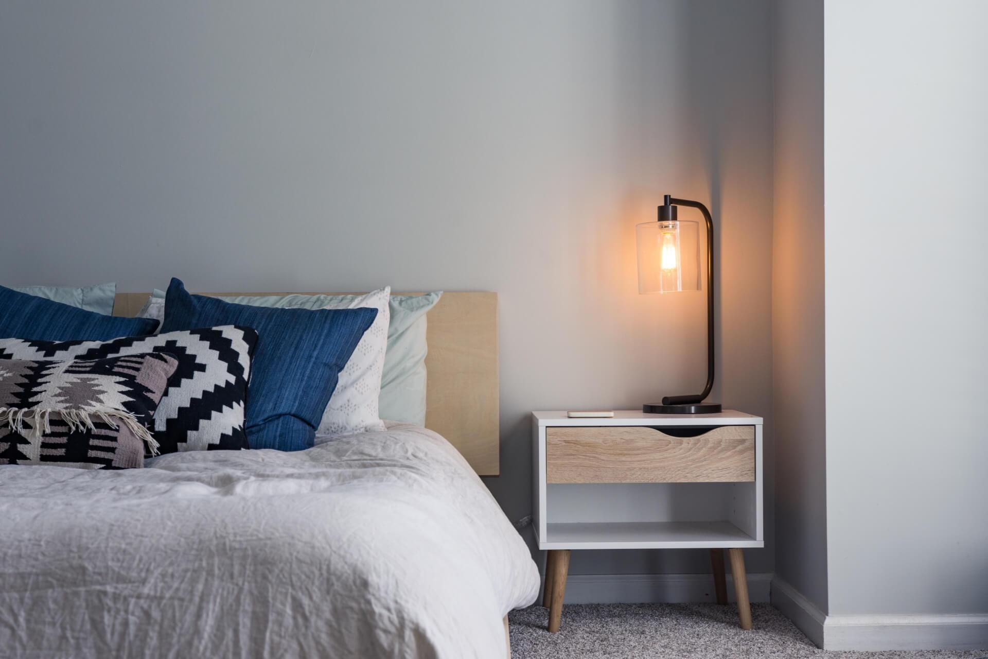 Abajur ao lado da cama é uma ótima opção para quem gosta de ler na cama.