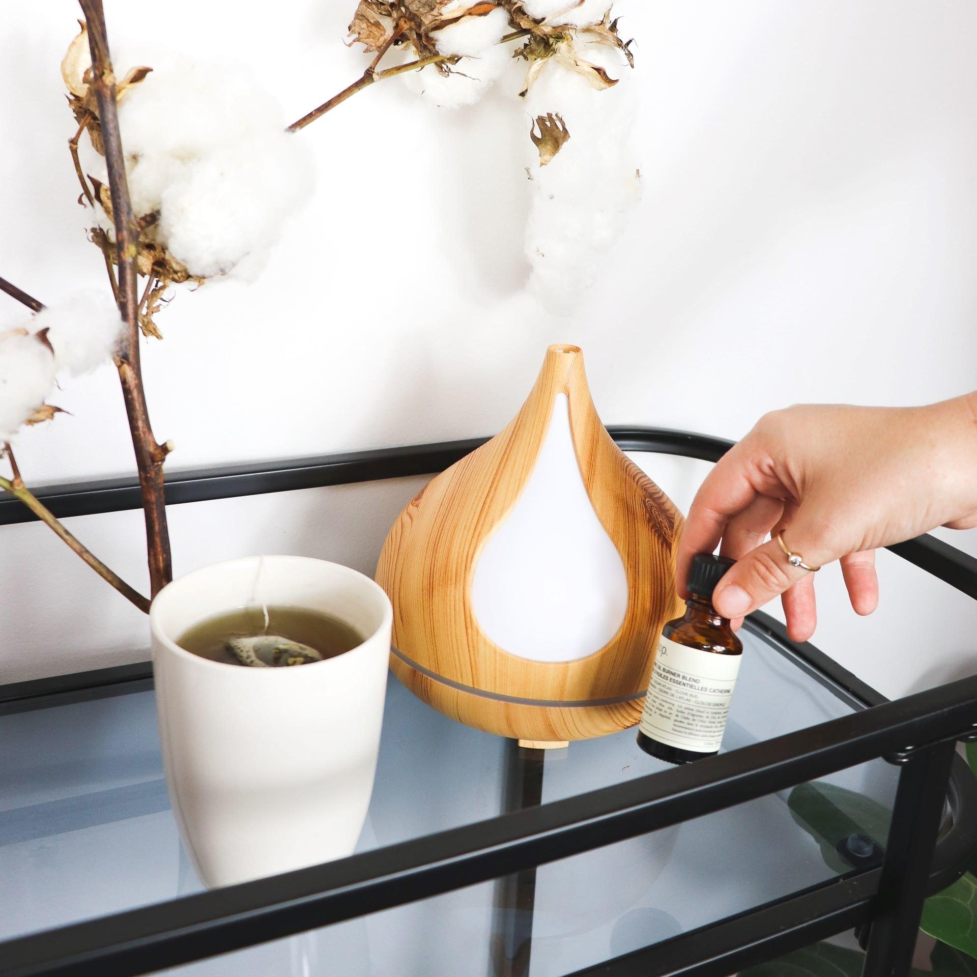 Aromatizadores de ambiente, home sprays ou difusores podem compor a atmosfera dos espaços de uma casa aconchegante.