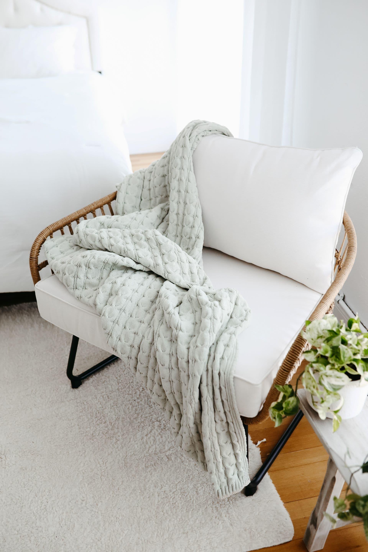 As mantas têm a mesma função das almofadas para uma casa aconchegante. Elas renovam a decoração de forma rápida e com custo baixo, além de deixar o ambiente bem confortável.