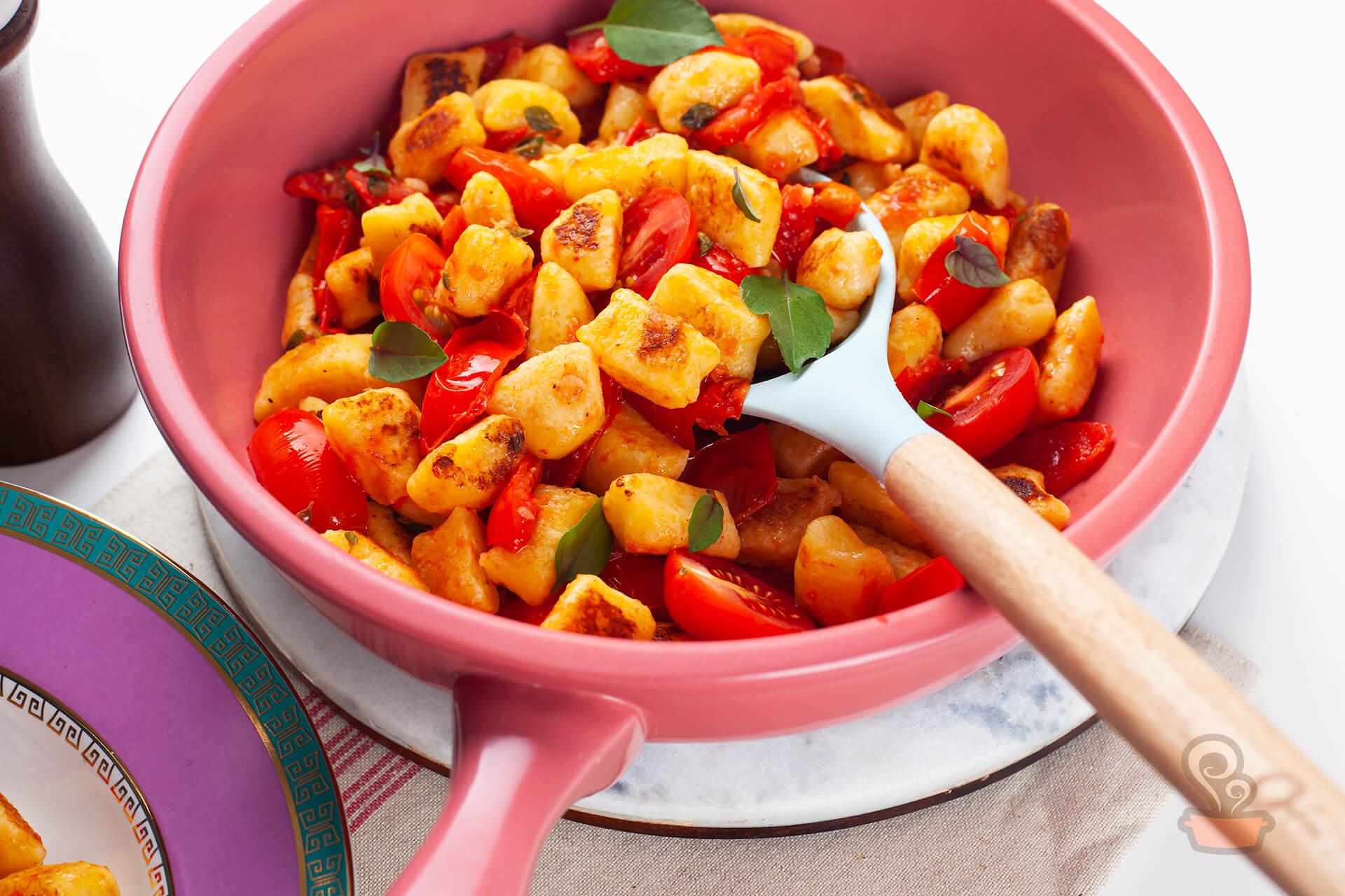 Nhoque de batata baroa com molho de tomates frescos. A frigideira é a Linea Rosé e o prato é da coleção Joia Brasileira, ambos da Oxford. Os utensílios que aparecem na foto também são da Oxford. Foto: Naminhapanela